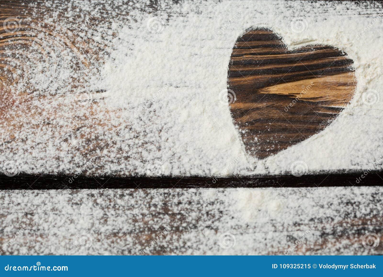白面的心脏在一个木板的 烹调充满爱 假日依托背景 Eco食物和家庭烹饪