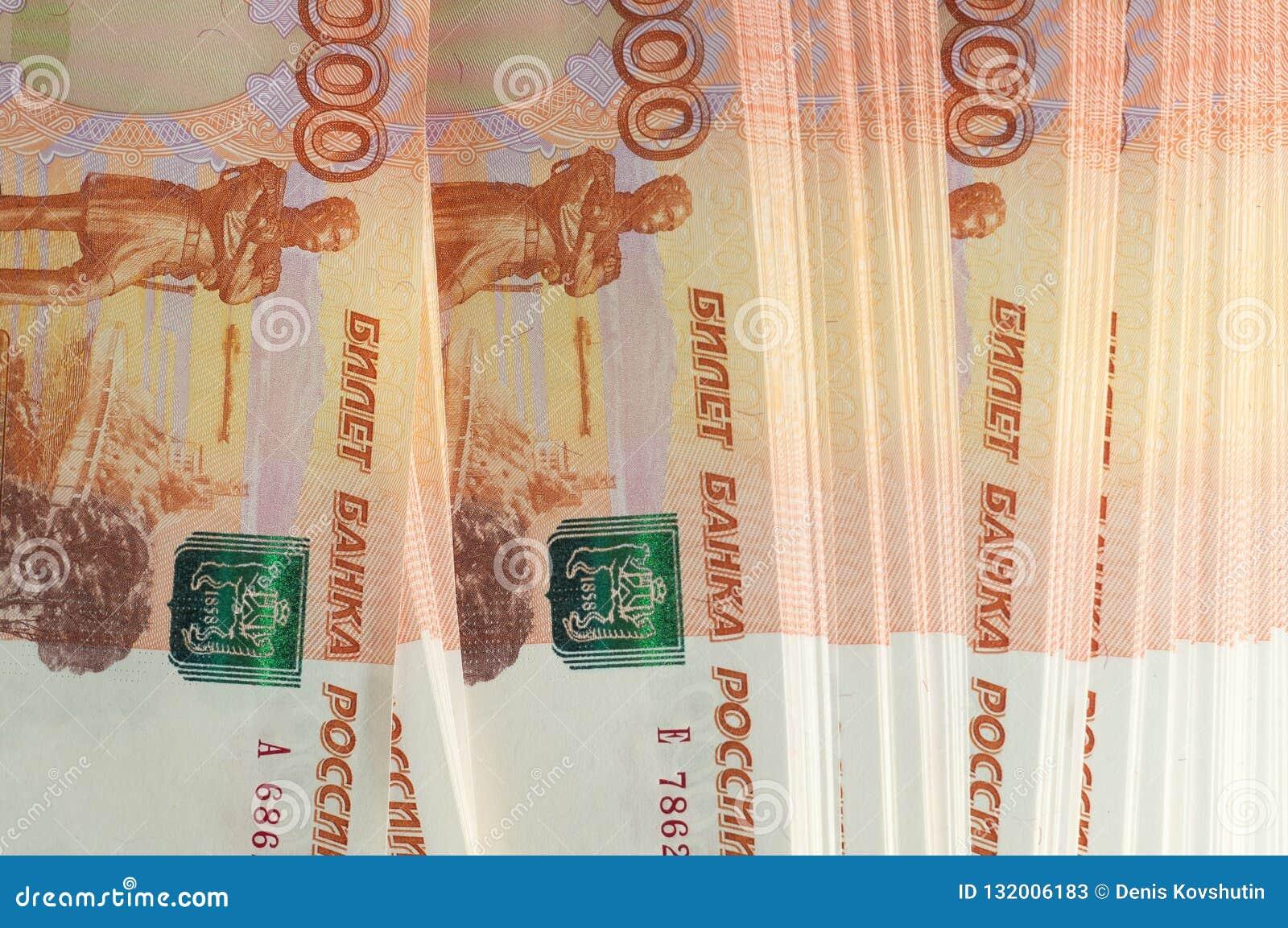 百万俄罗斯卢布 财富、赢利、事务和财务的概念 堆金钱在五张第一千个张票据钞票
