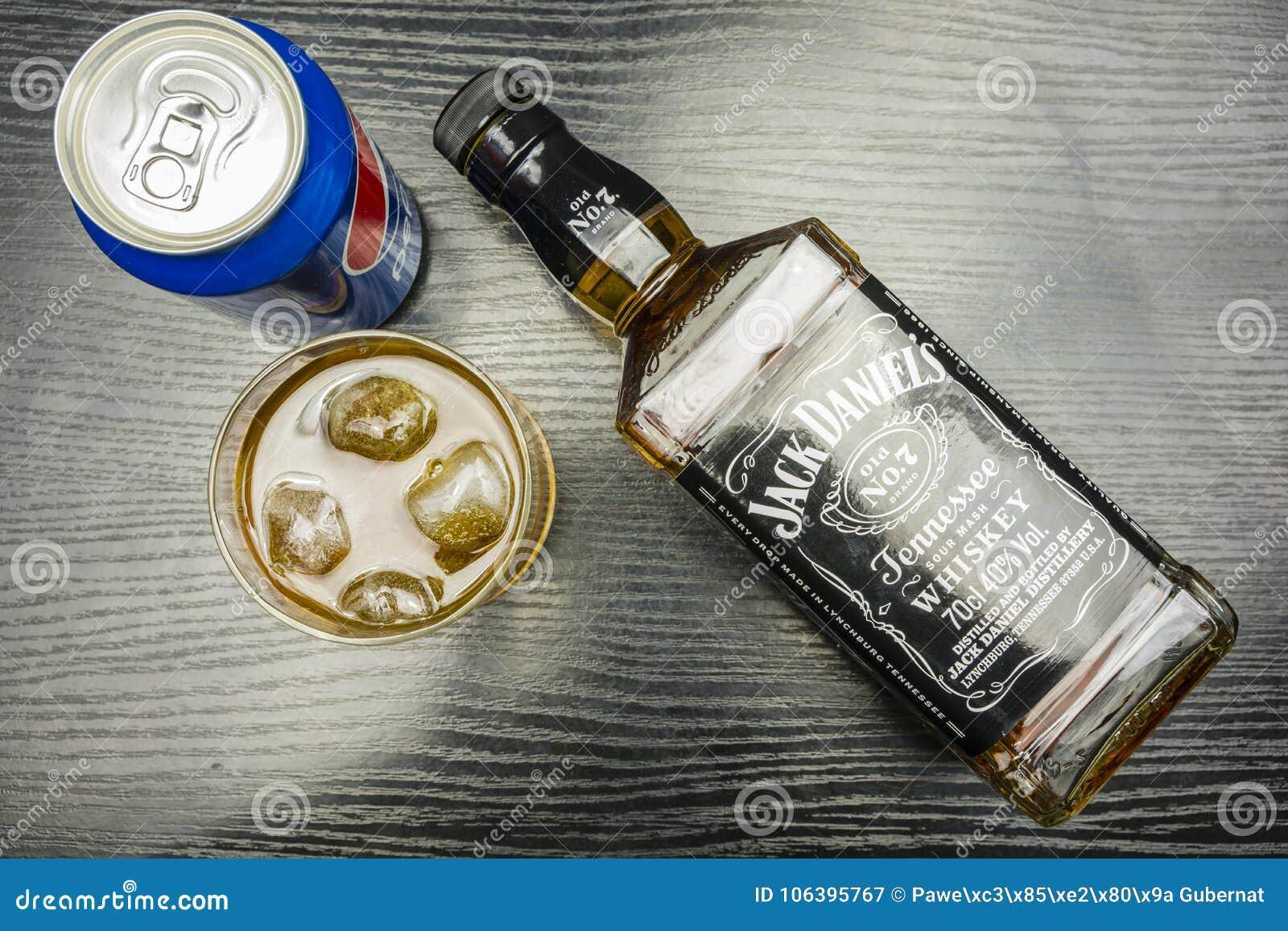 百事可乐能和与冰的玻璃杰克丹尼尔` s田纳西威士忌酒 vi