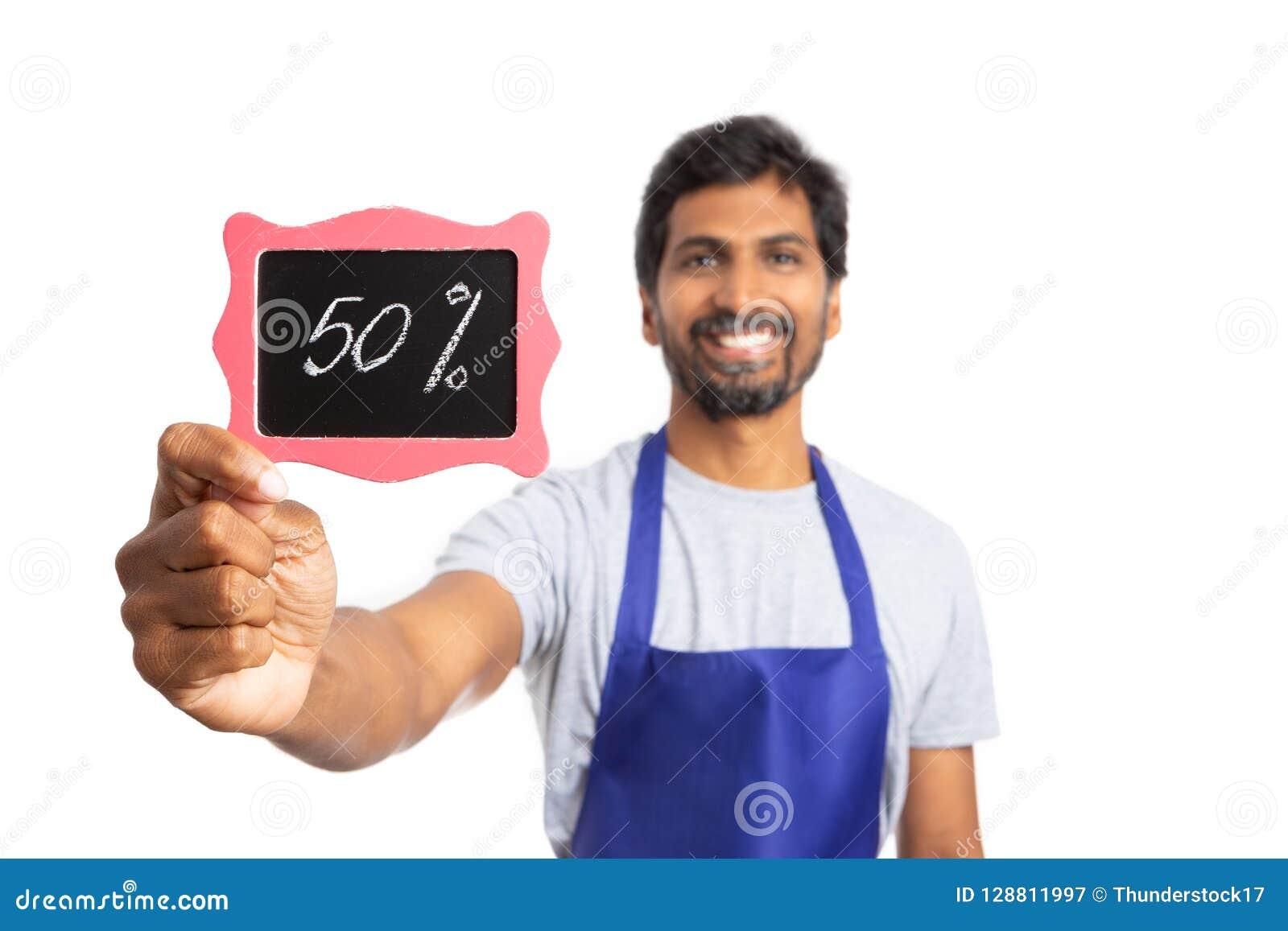 百分之五十大型超级市场雇员举行的折扣标志