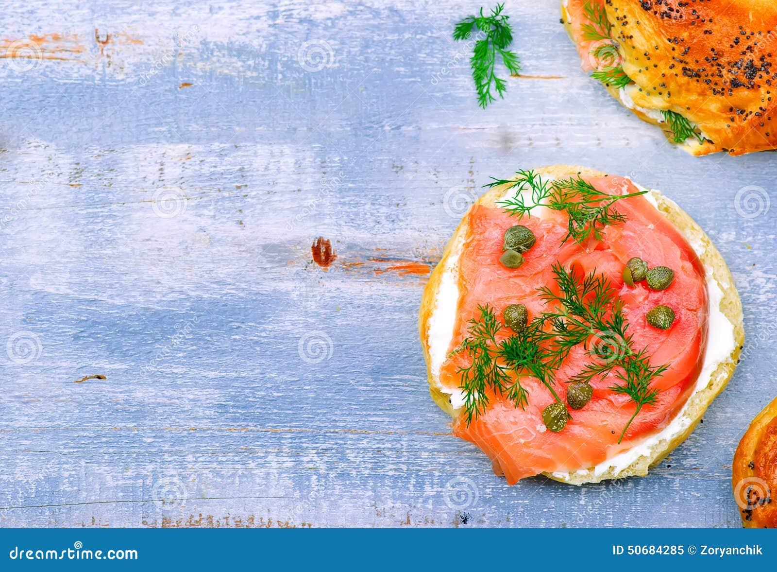 Download 百吉卷用熏制鲑鱼和乳脂干酪 库存图片. 图片 包括有 快餐, 被扭伤的, 三明治, 制动手, 巴西, 熏制 - 50684285
