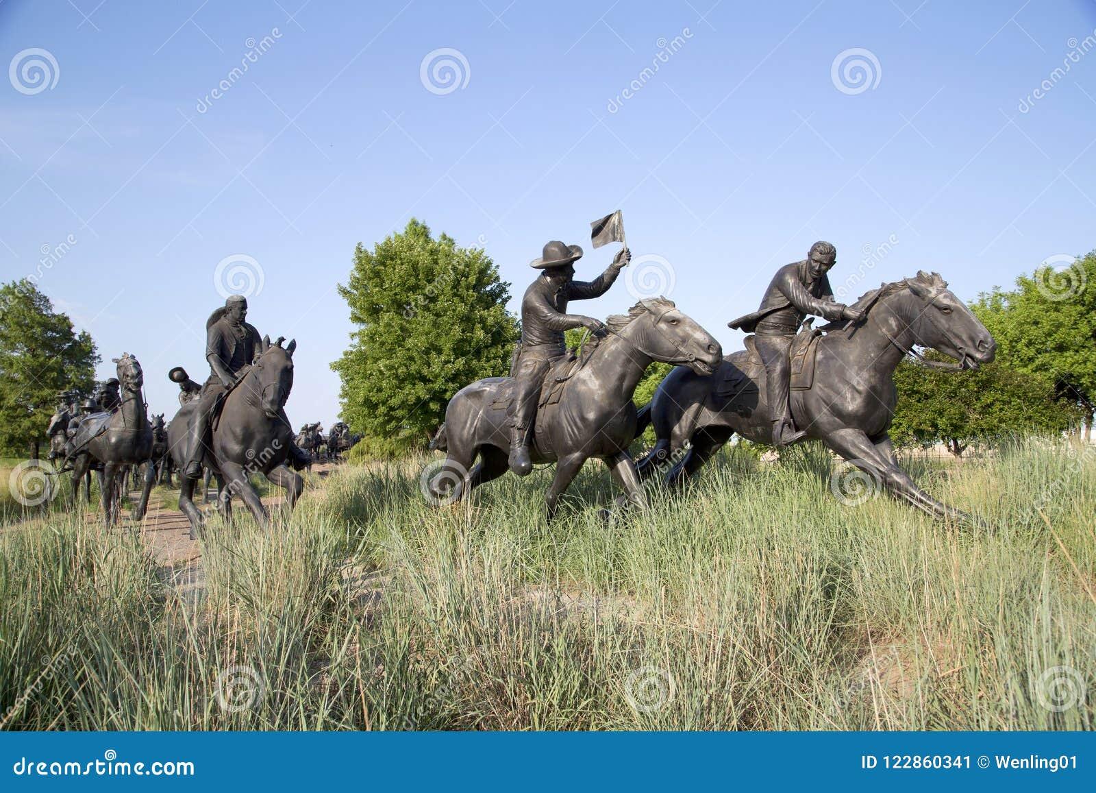 百年土地跑纪念碑在俄克拉何马视图的小组雕塑