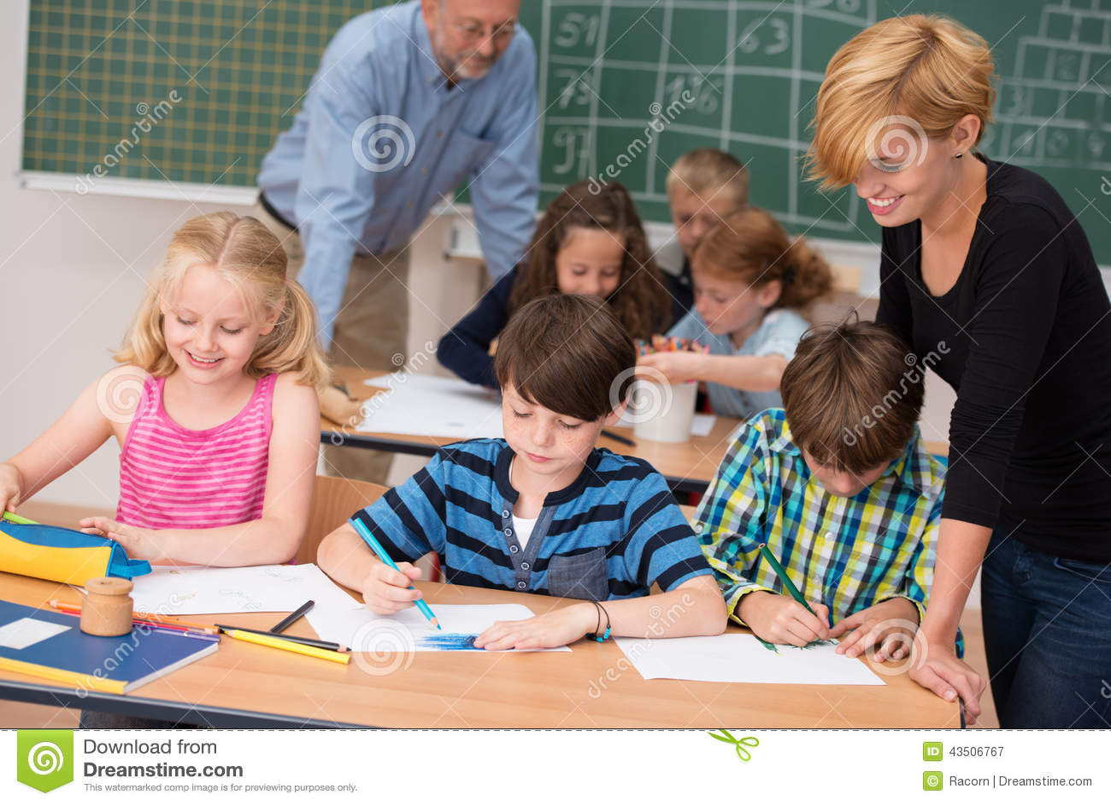 类的两位老师与他们的年轻学生