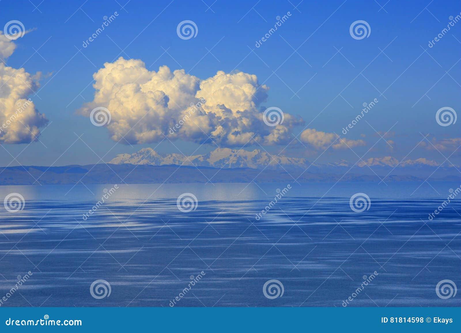 的喀喀湖和多雪的安地斯在背景中