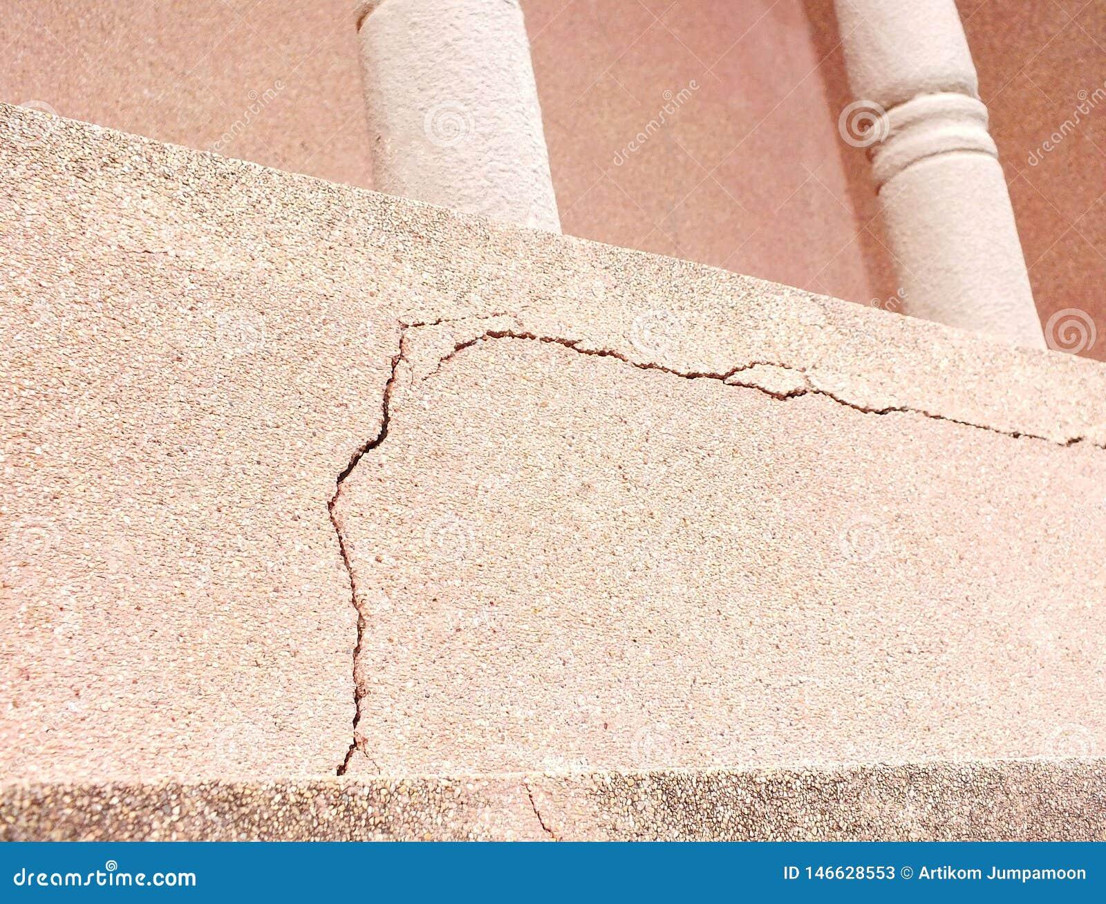 的大学应该迫切地解决教育修造的塔在是残破的