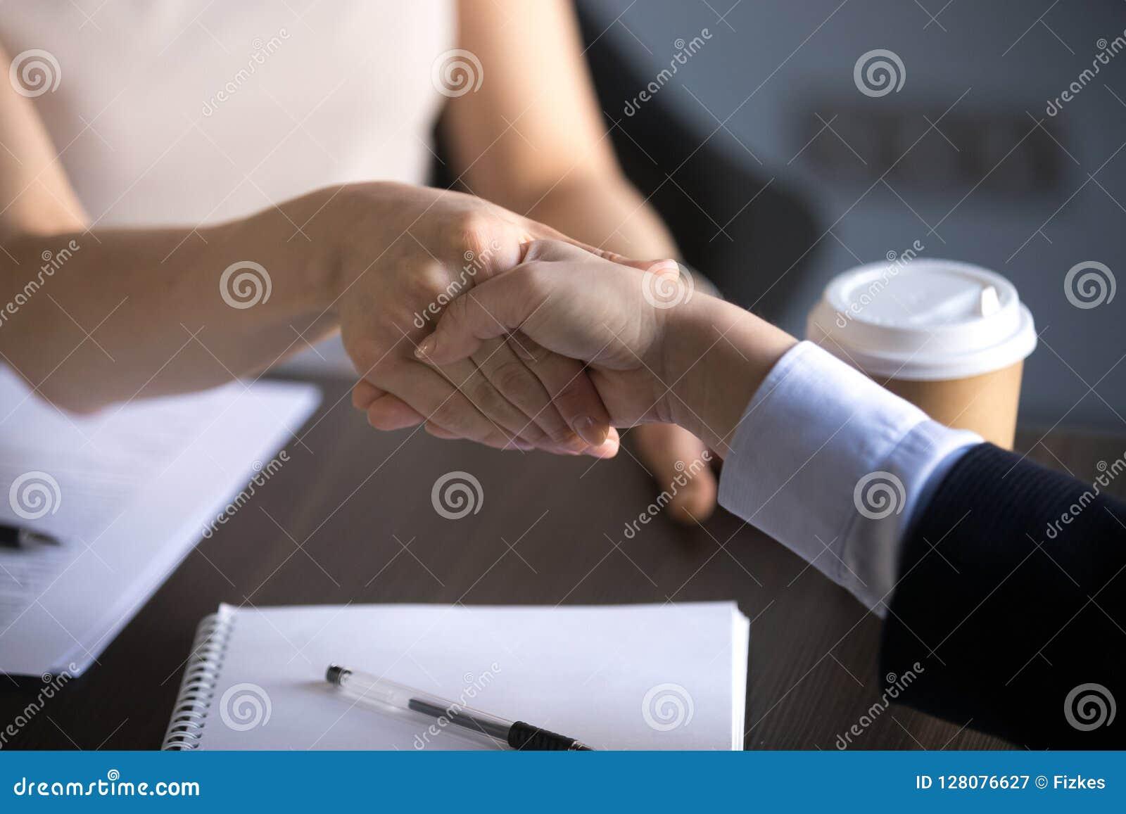 的女商人的手震动做合作成交,尊敬