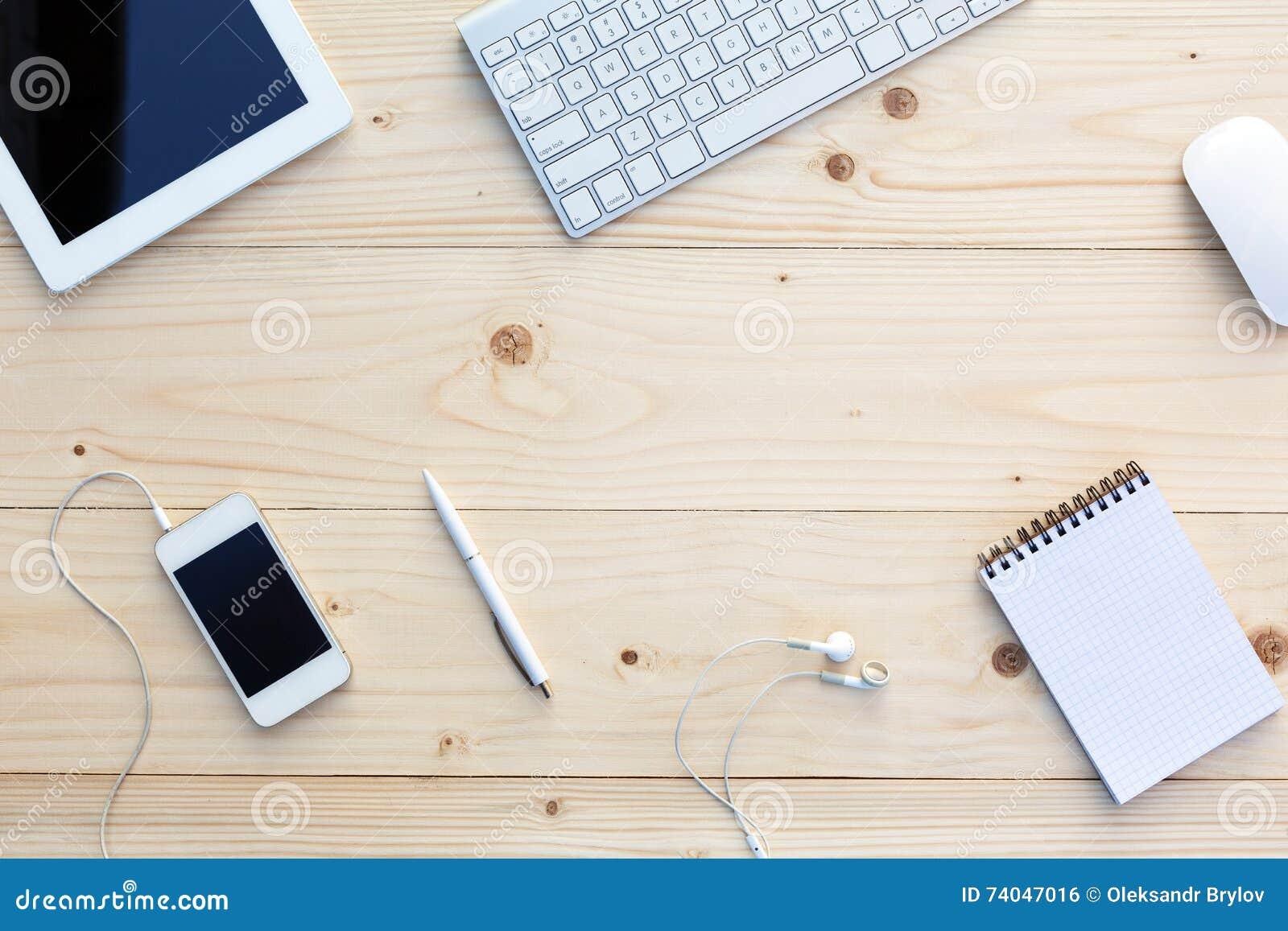 轻的木背景和现代企业项目在书桌上