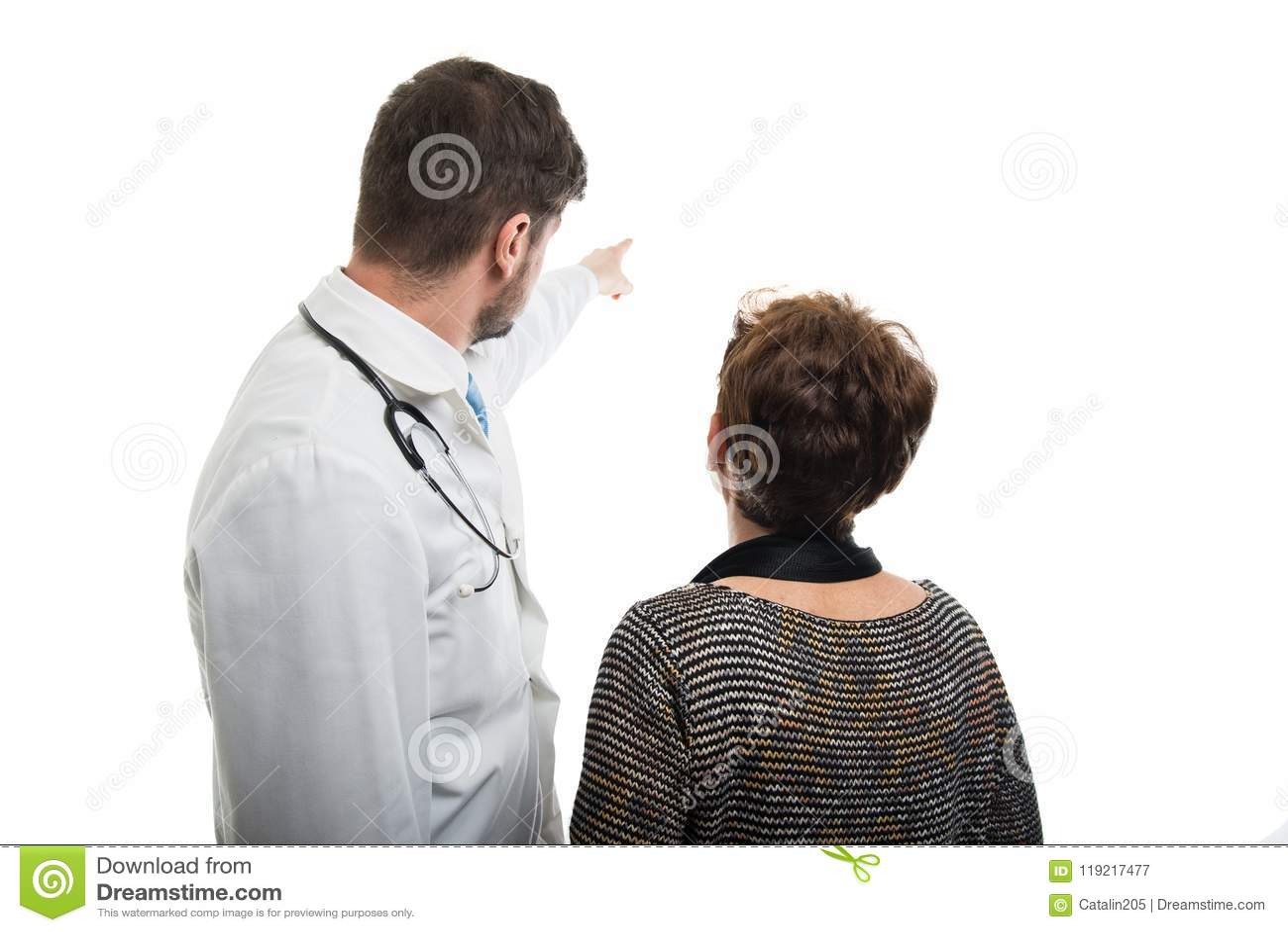 的男性医生指向女性资深患者的后面观点