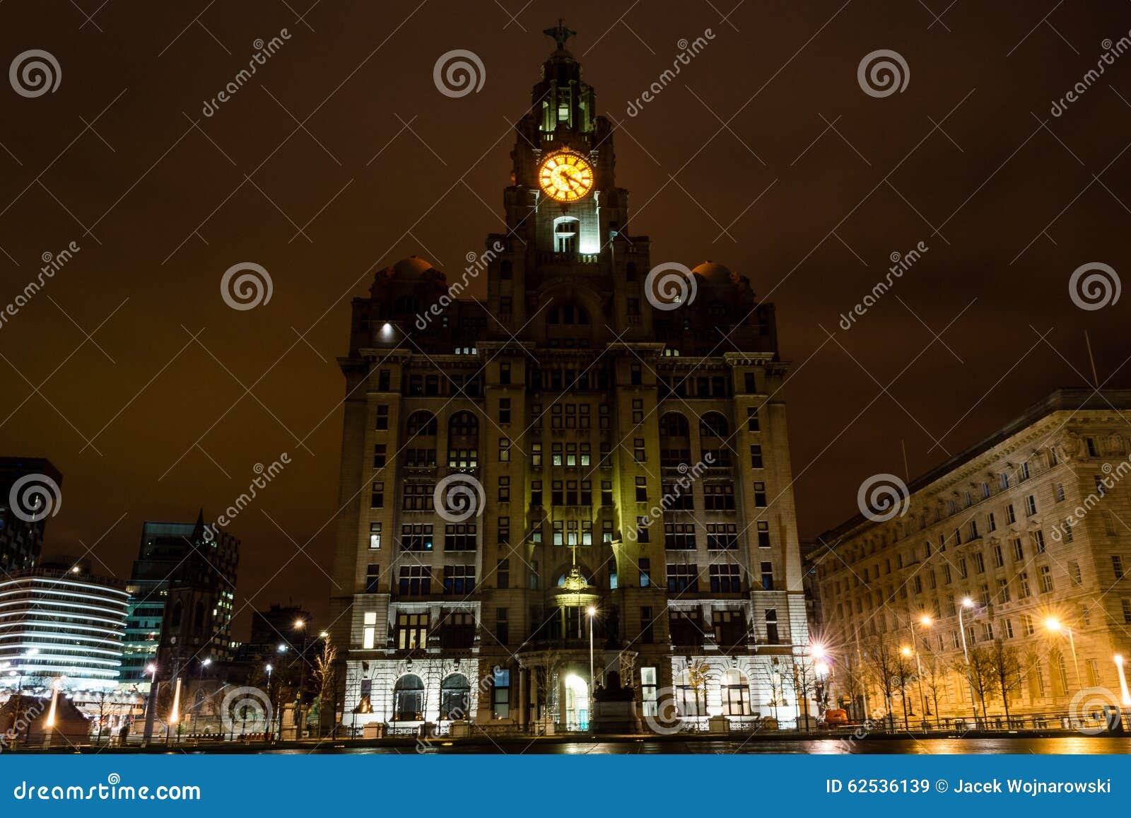 皇家肝脏大厦在夜之前