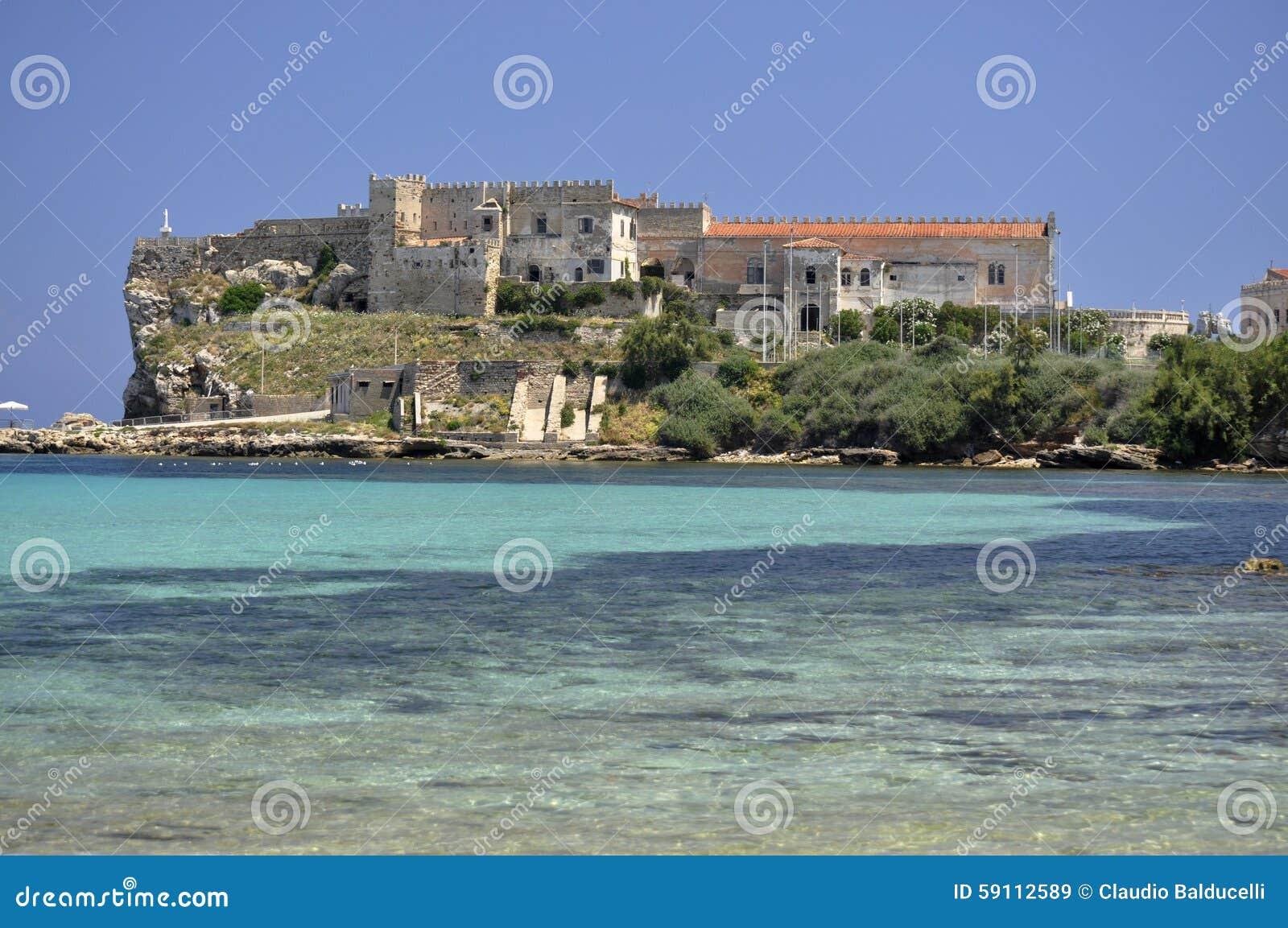 皮亚诺萨岛在蓝色海的海岛宫殿