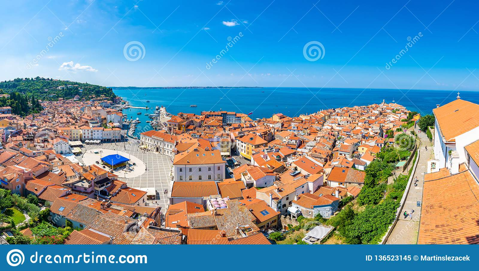 皮兰市,斯洛文尼亚空中全景视图  从塔看在教会里 在前景小屋,亚得里亚海