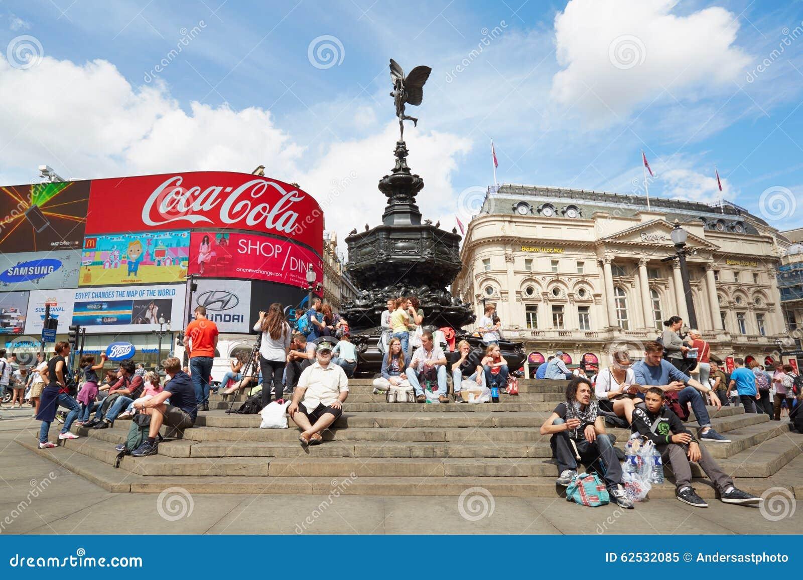 皮卡迪利广场霓虹标志和色情喷泉在伦敦