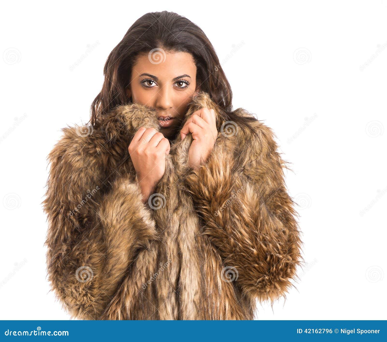 皮大衣的混合的族种女孩