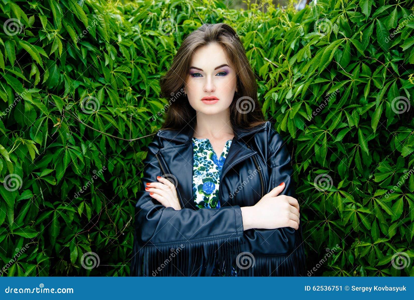 黑皮夹克的妇女
