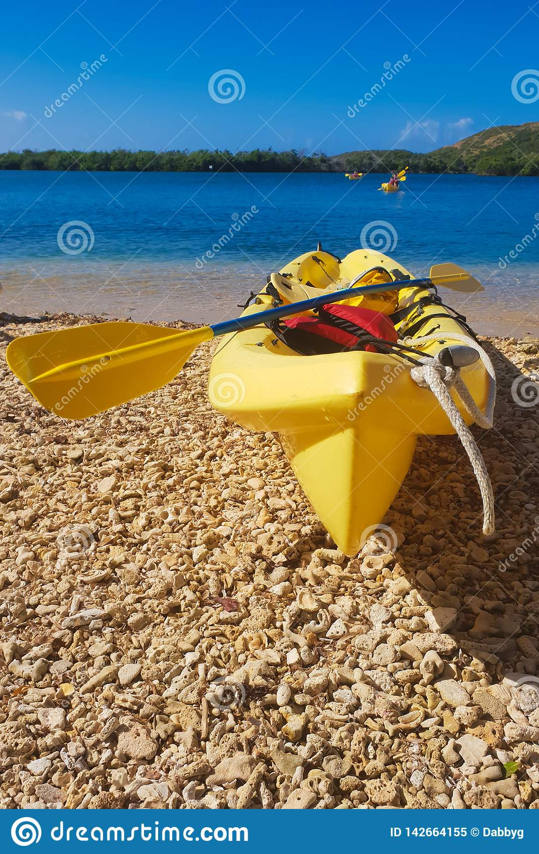 皮船在海滩的阳光下