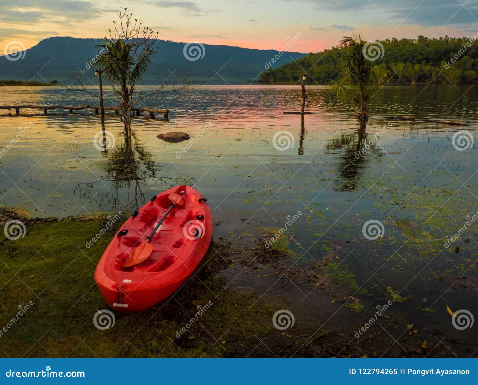 皮船水盐水湖山前面在晚上,太阳是土佬