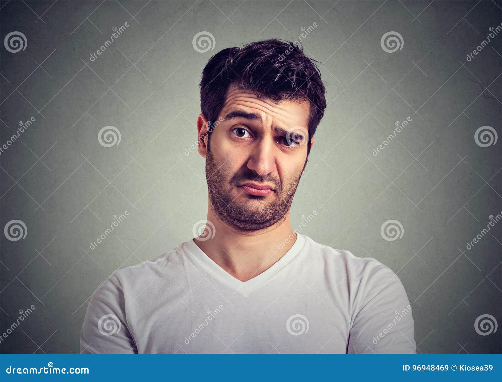 皱眉的年轻人想法的表达怀疑和关心