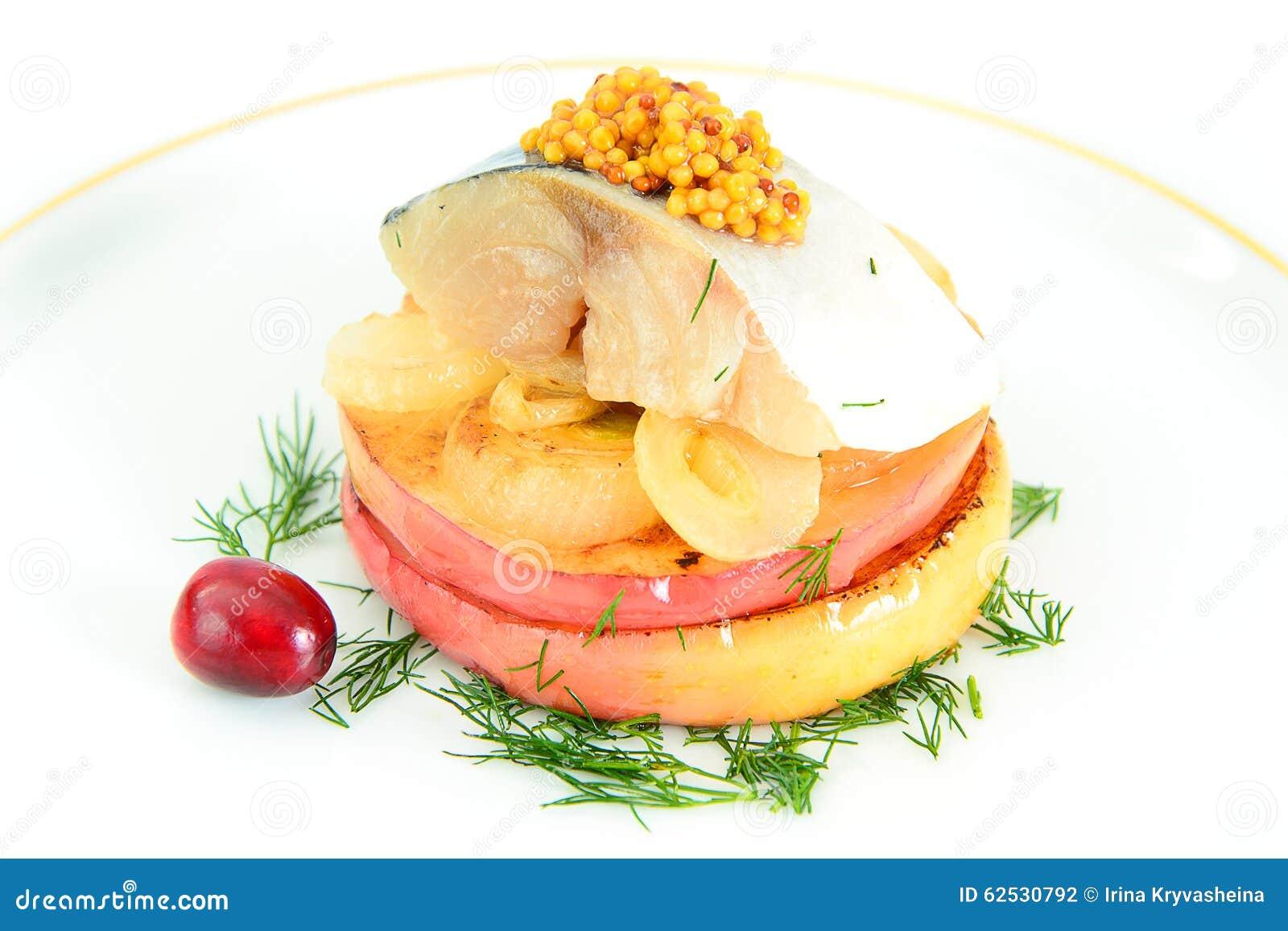 盐与苹果计算机和葱的用卤汁泡的鲭鱼