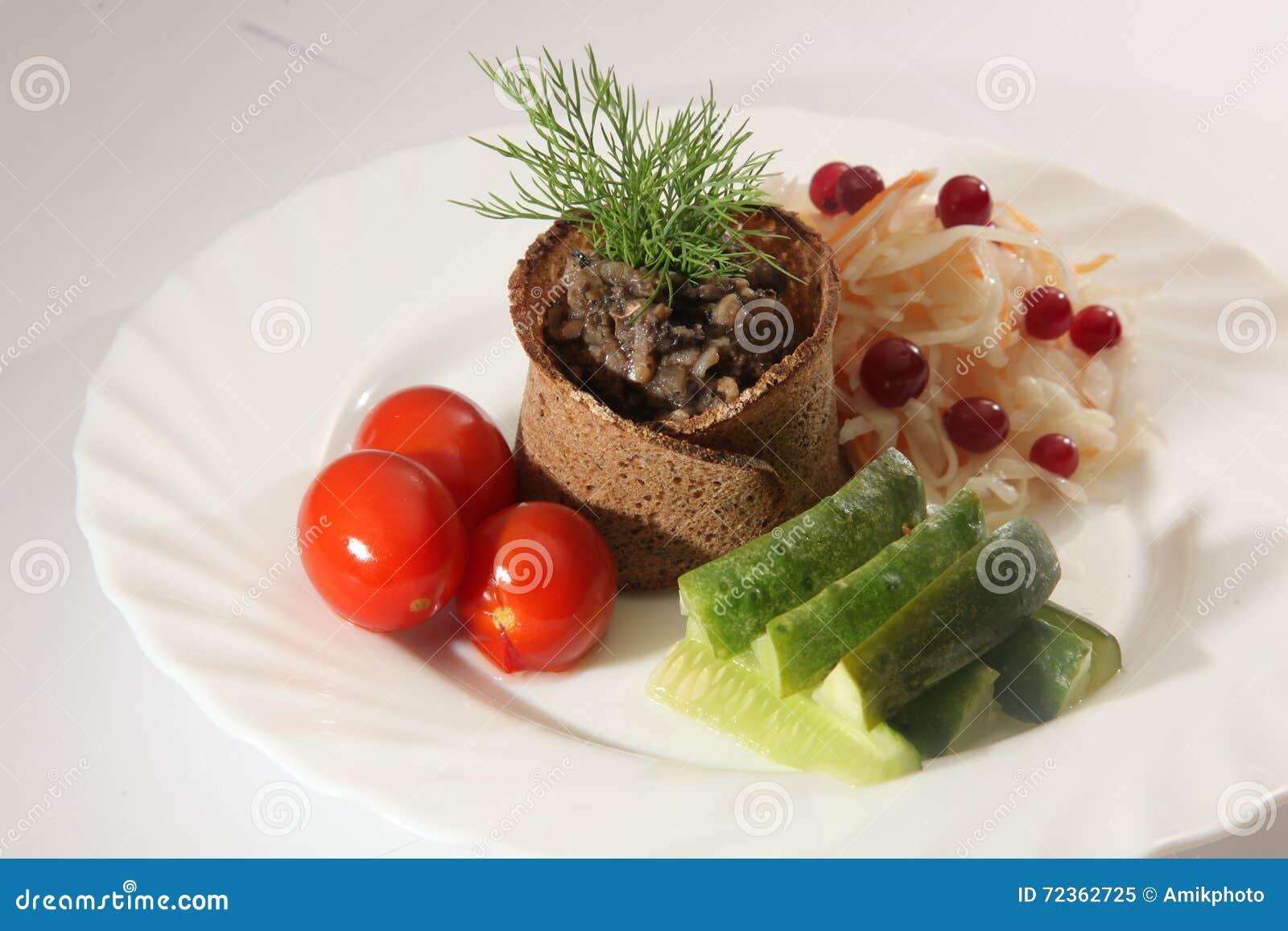 盐味的圆白菜用蕃茄和黄瓜