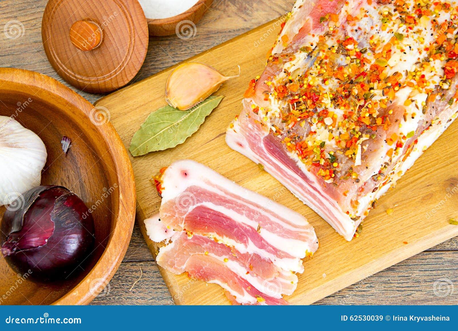盐味的猪油,在木切板的未加工的猪肉
