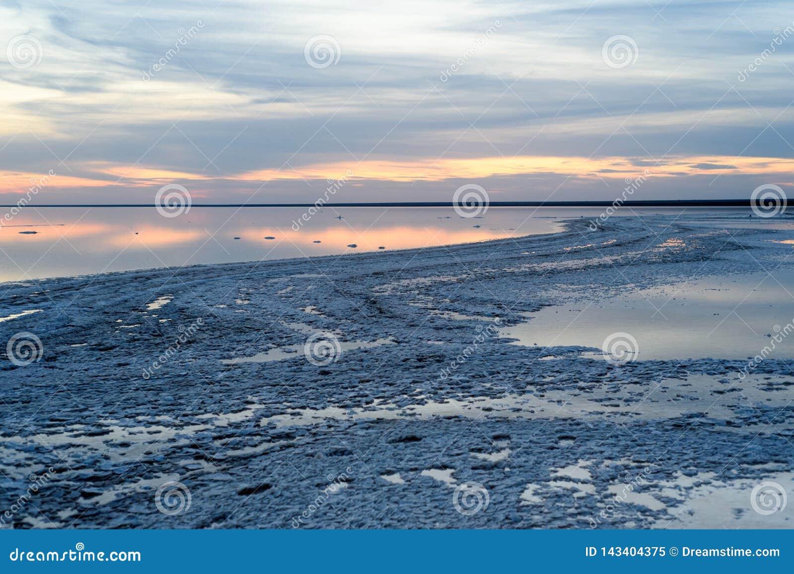 盐湖 日落用美丽的天空和水