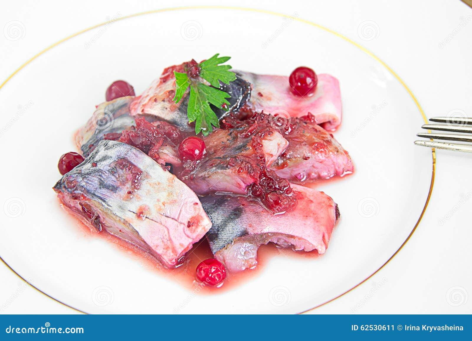 盐用卤汁泡的鲭鱼用蔓越桔和