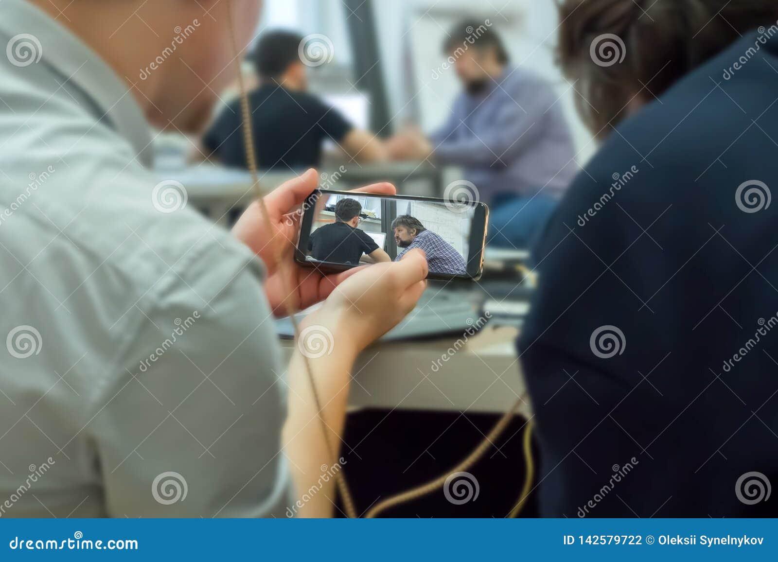 监视与手机的教育过程 秘密纪录在手机 流动间谍活动 黑客裂缝通入