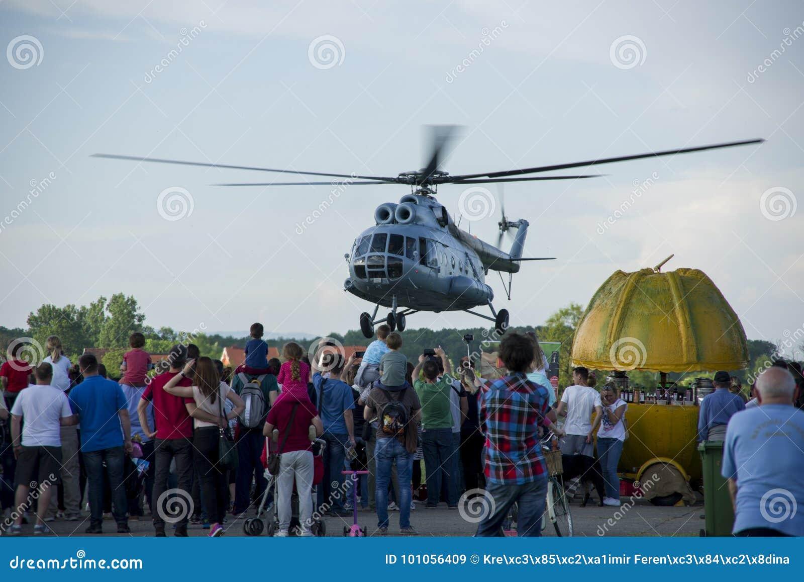 直升机Mi - 8在克罗地亚空展示的起飞