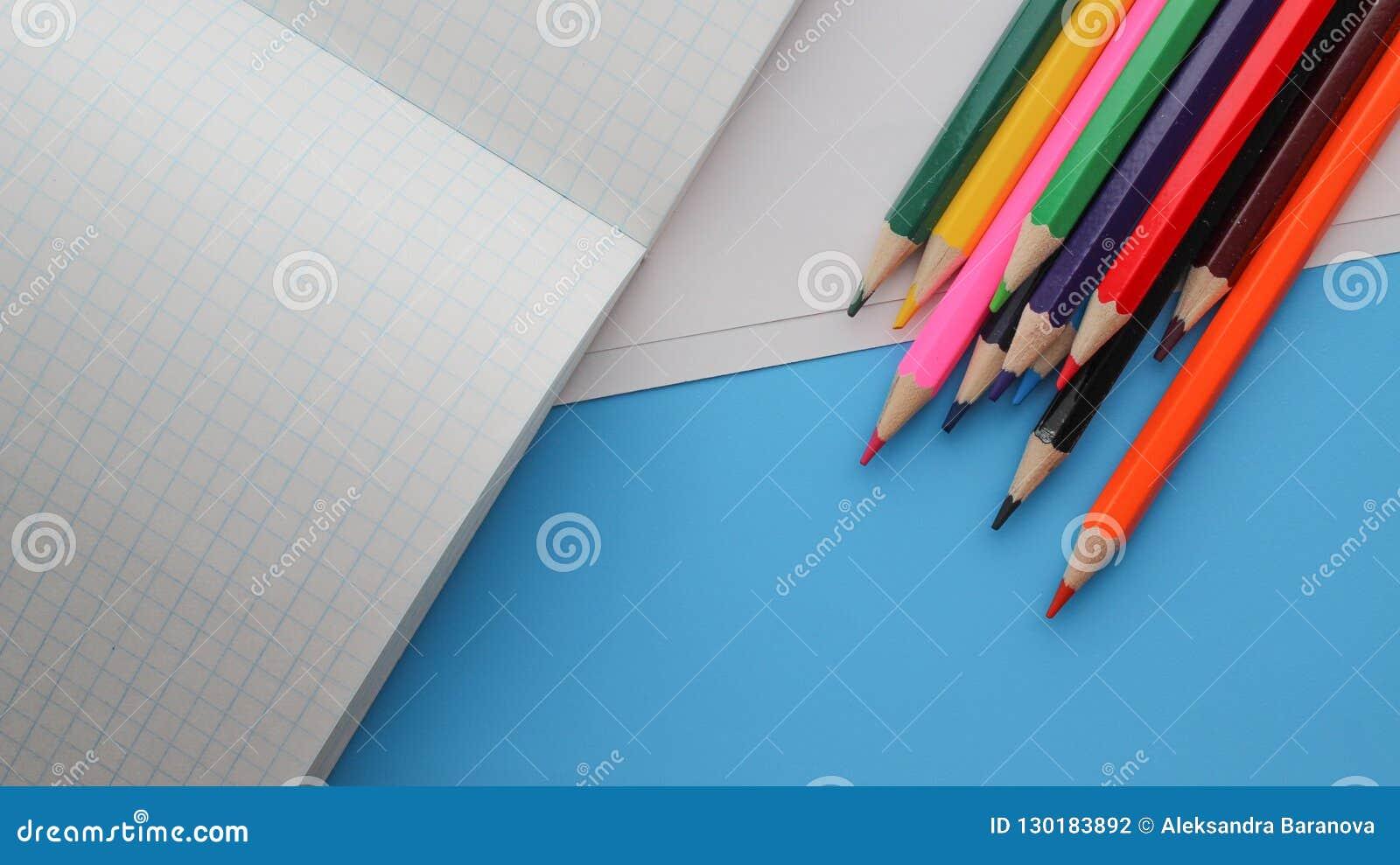 直接地上面色的铅笔射击由书的在蓝色背景