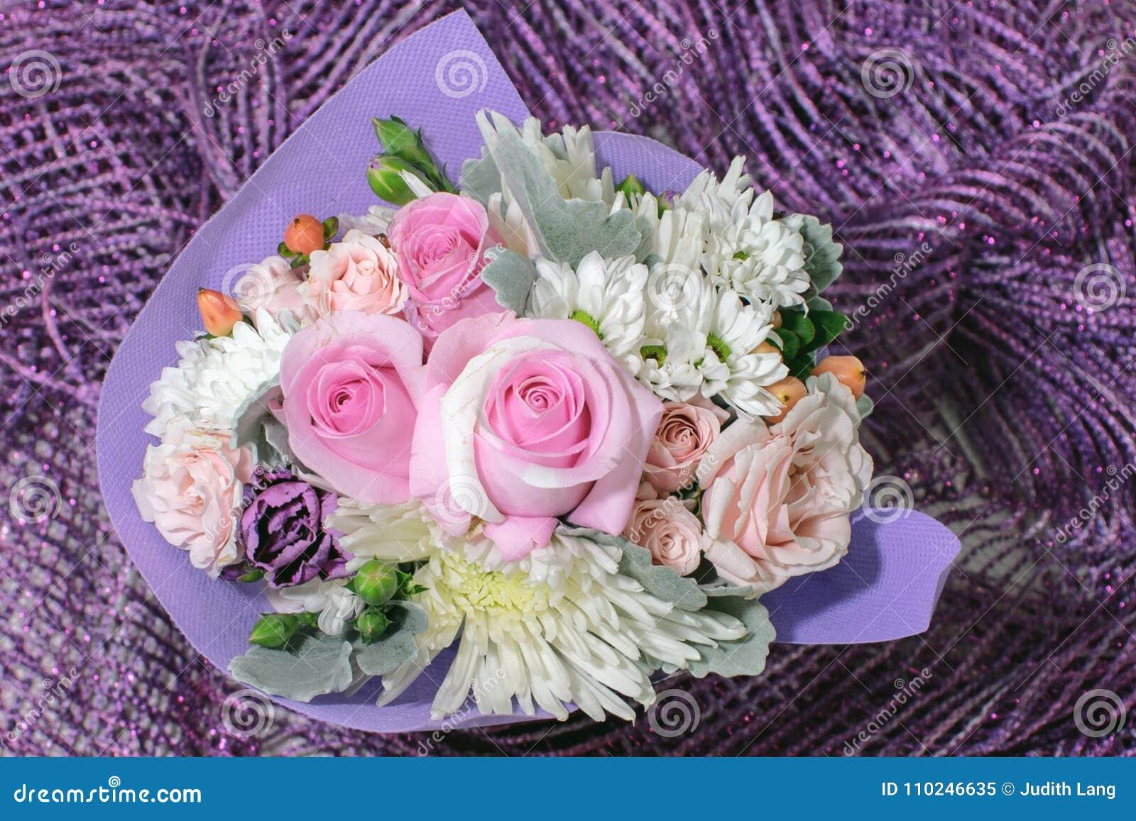 相当与桃红色玫瑰和其他小花的小花束