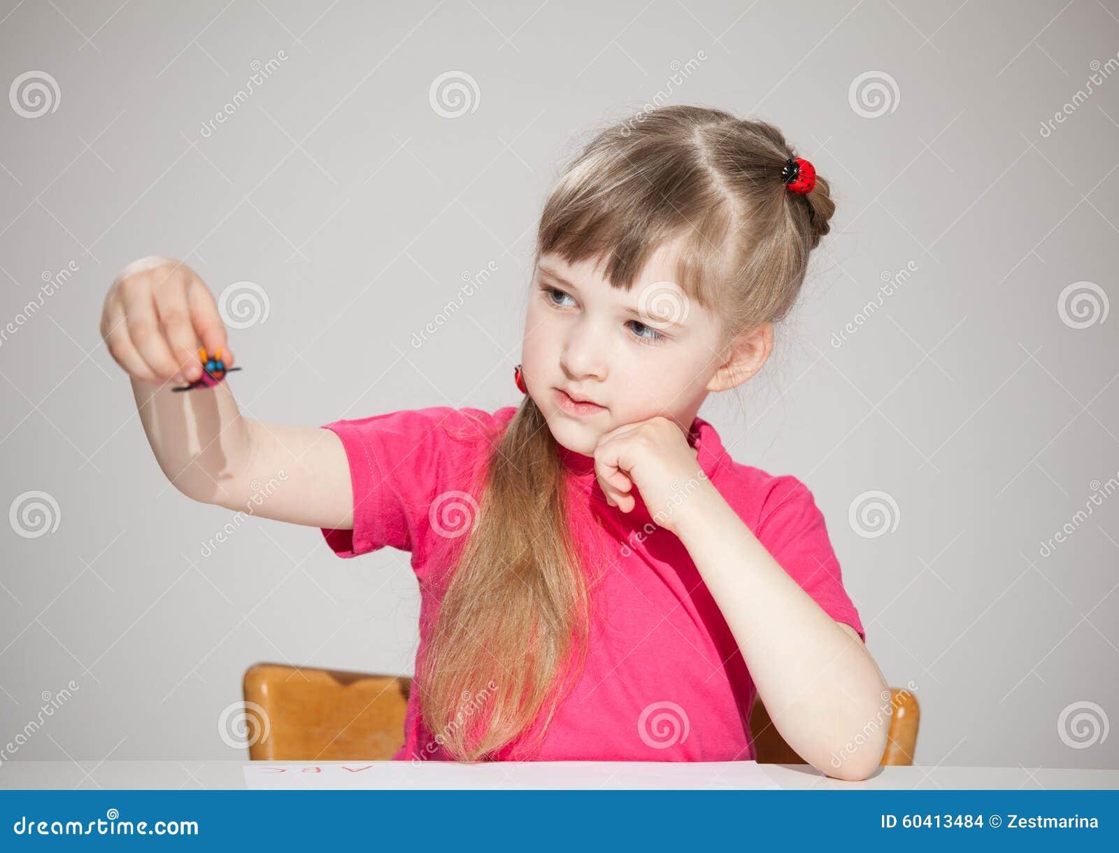 相当使用与plasticin玩具的小女孩