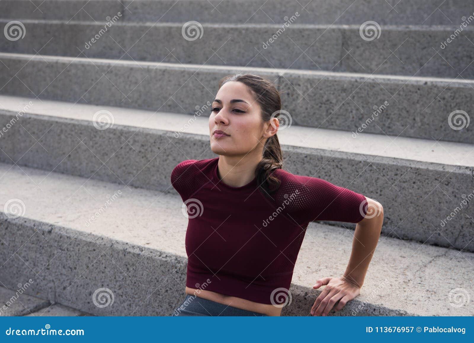 相当做在台阶的小姐健身