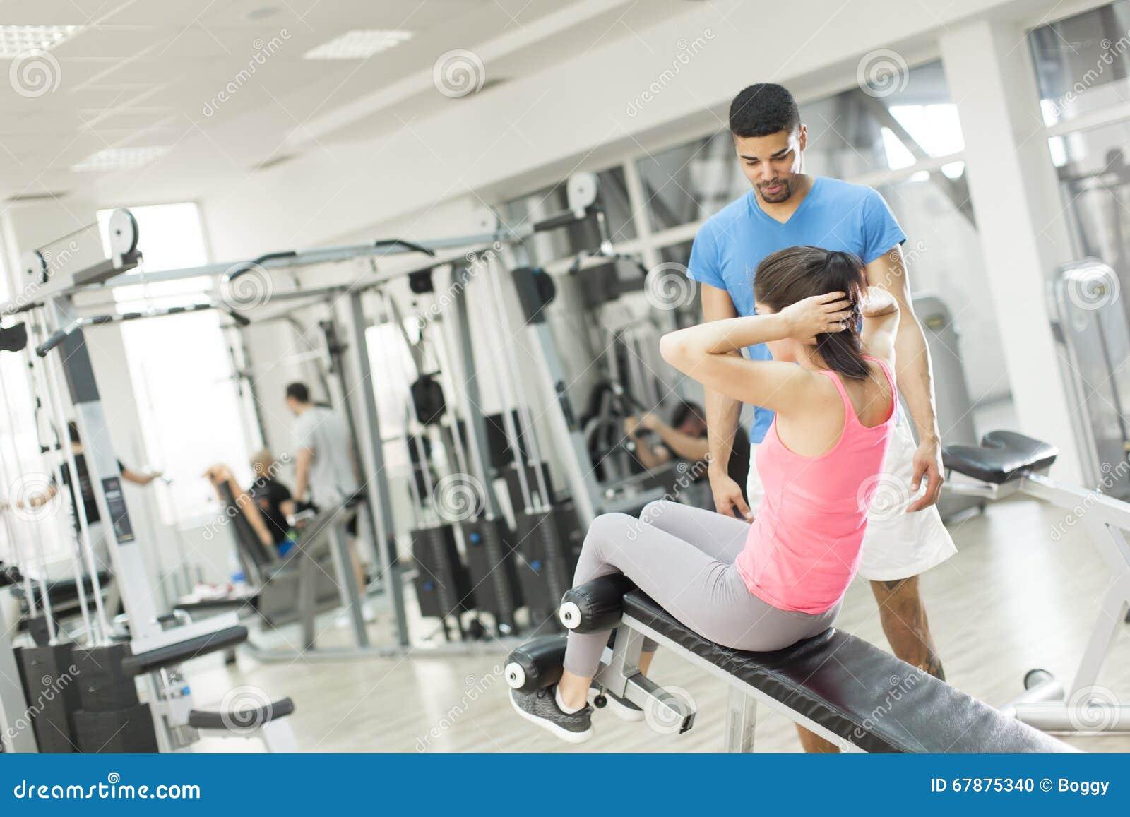 相当在健身房的少妇训练