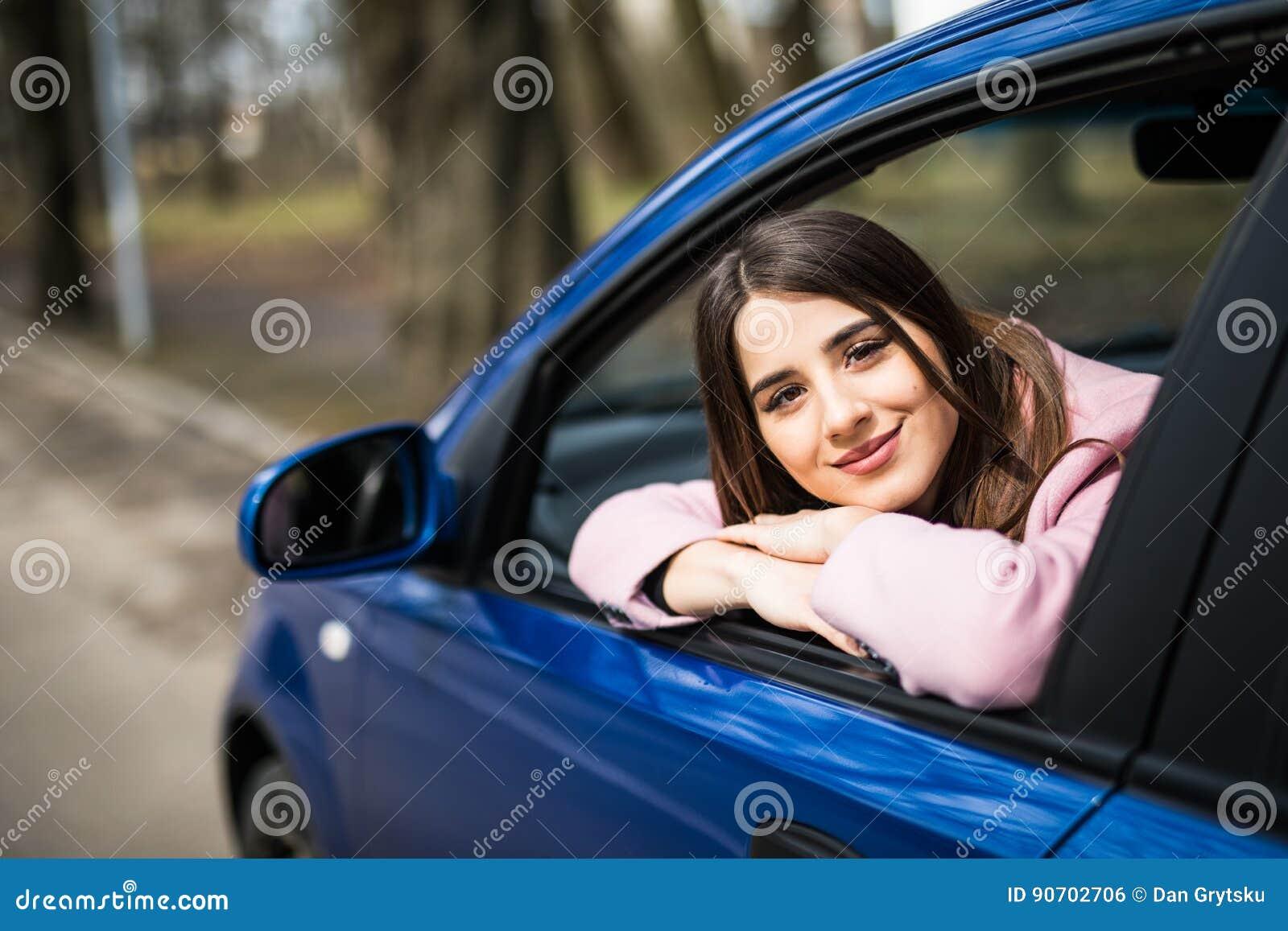 相当坐在汽车神色的少妇从窗口支持