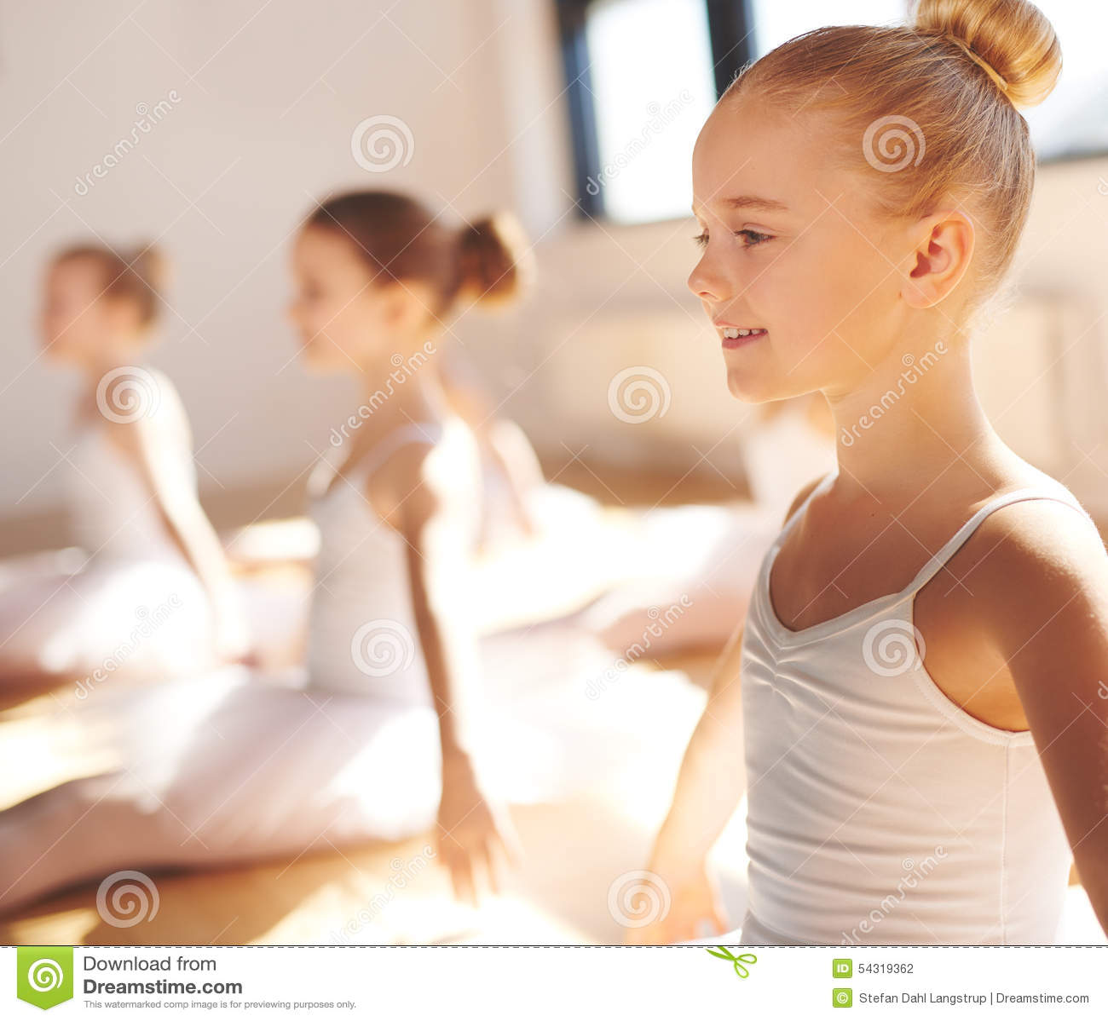 相当微笑在类的小白肤金发的芭蕾舞女演员