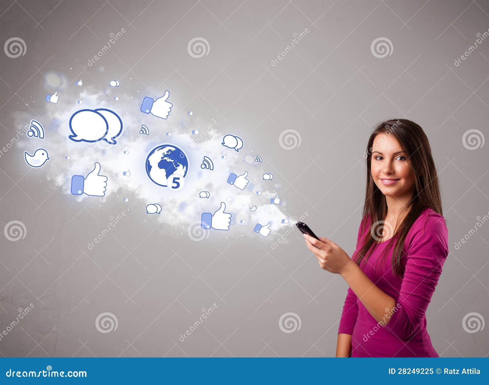 相当拿着有社会媒体图标的女孩一个电话