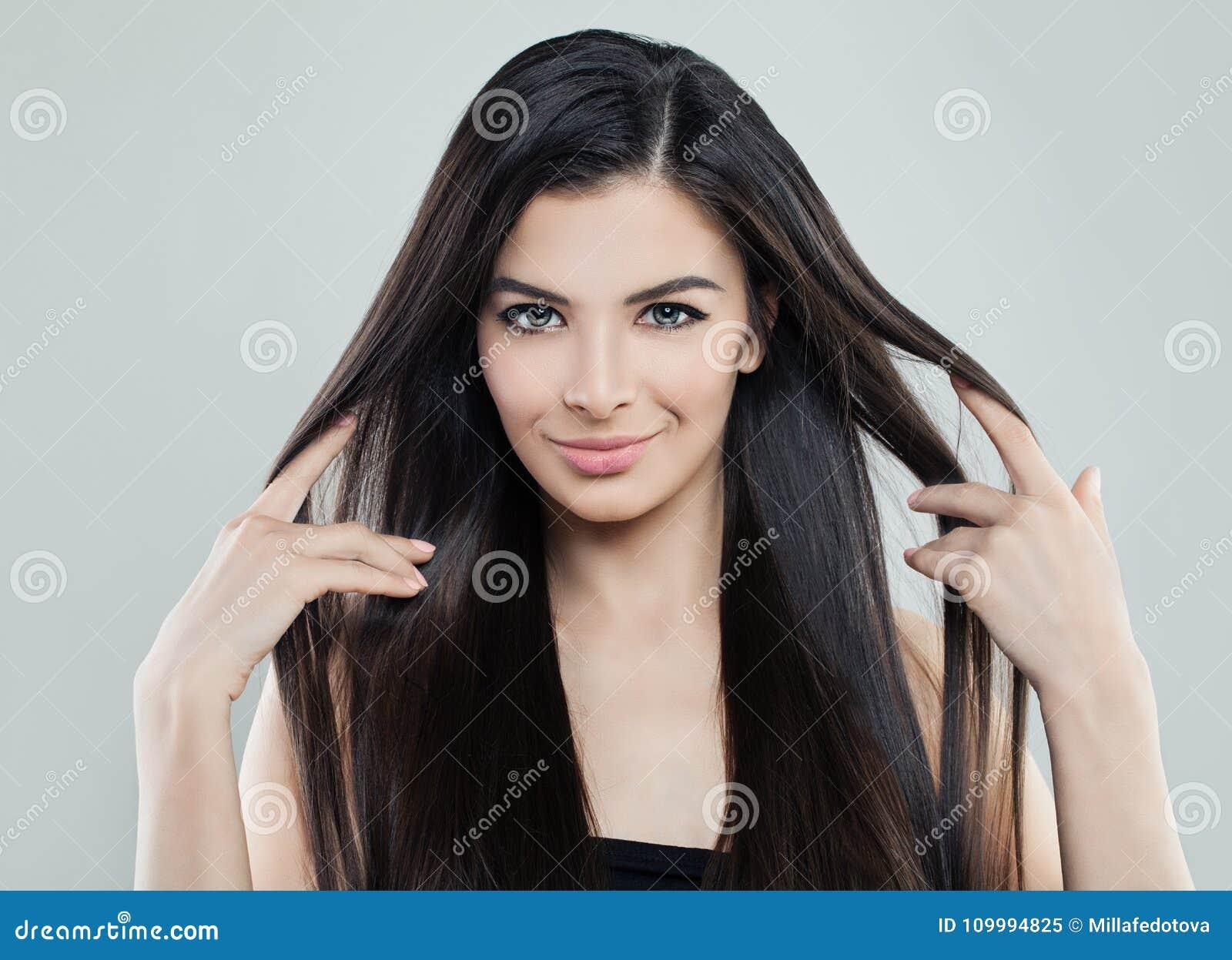 相当有长的柔滑的头发的年轻式样妇女