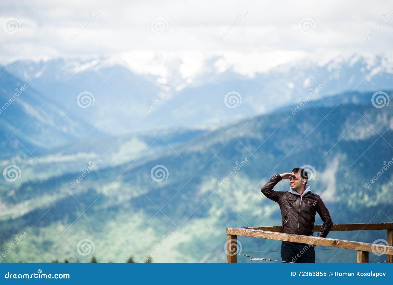 看与的山的年轻人移交他的眼睛