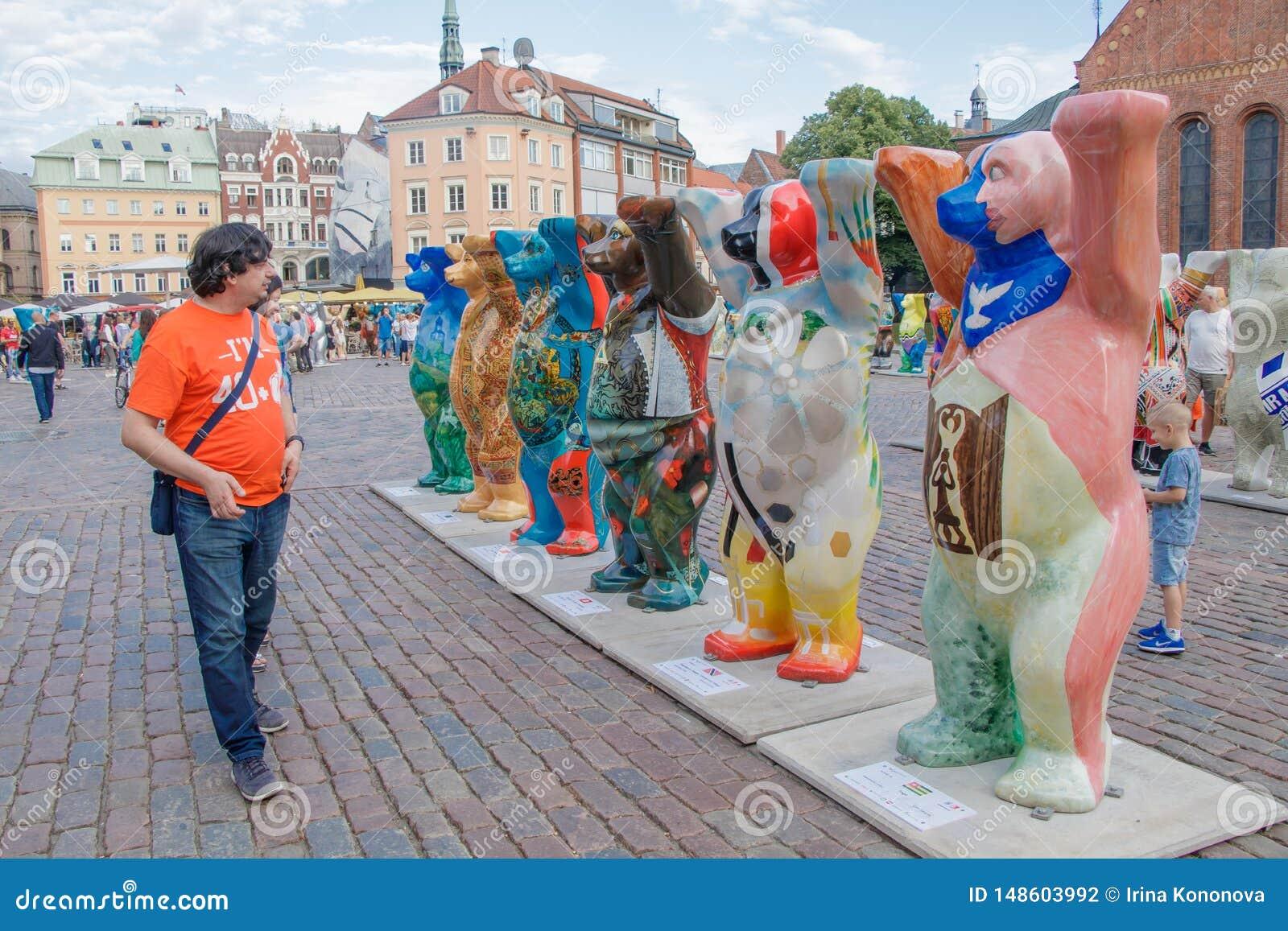看五颜六色的熊的游人国际画展团结的伙计熊 熊圈子是