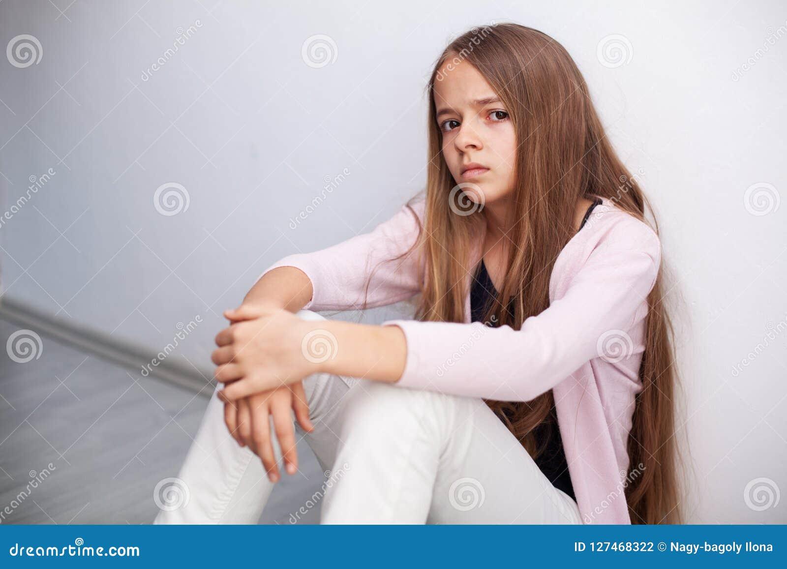 看充满怀疑和憎恶的年轻少年女孩