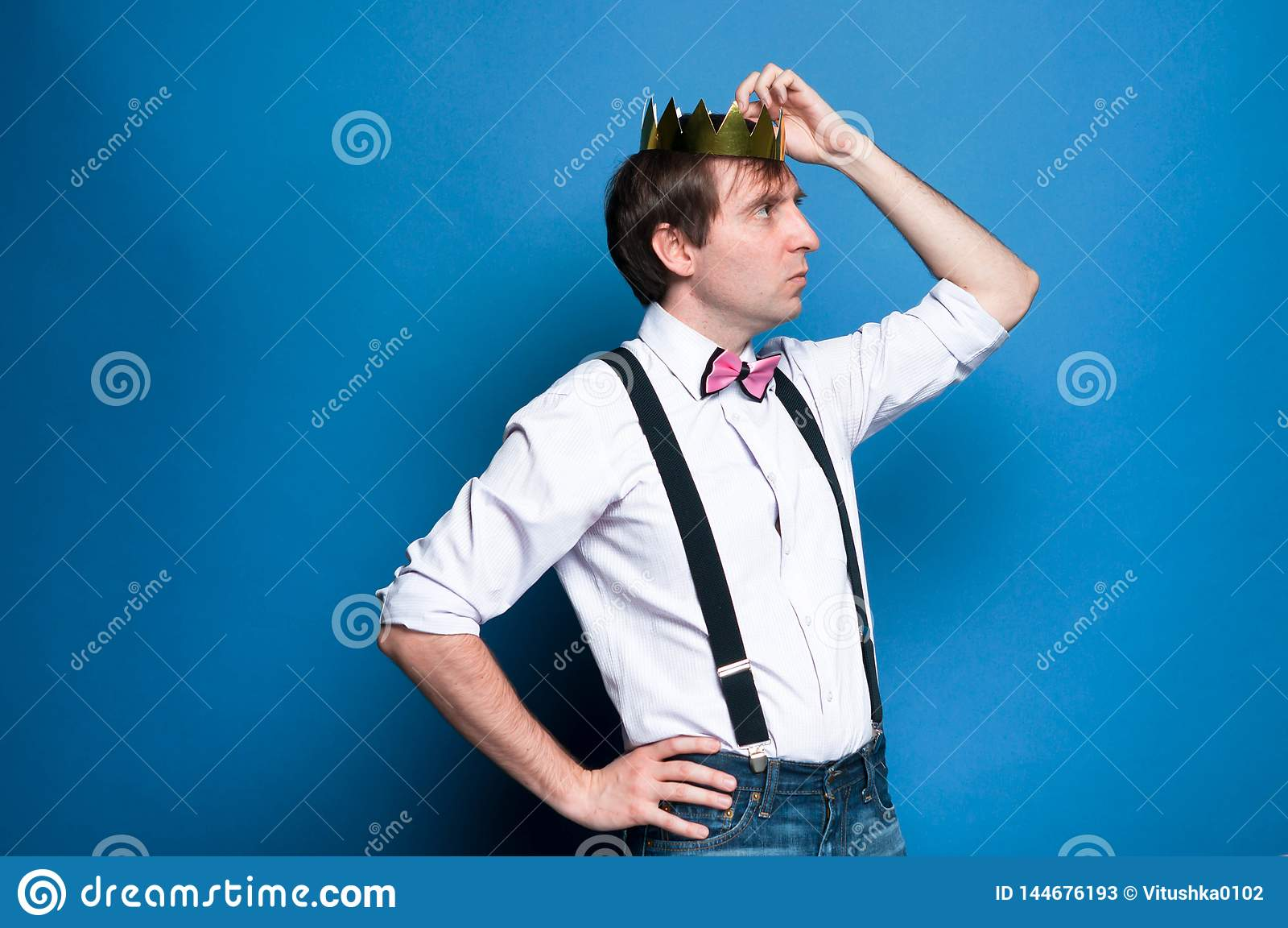 看和改正在头的帅哥金黄冠在蓝色背景