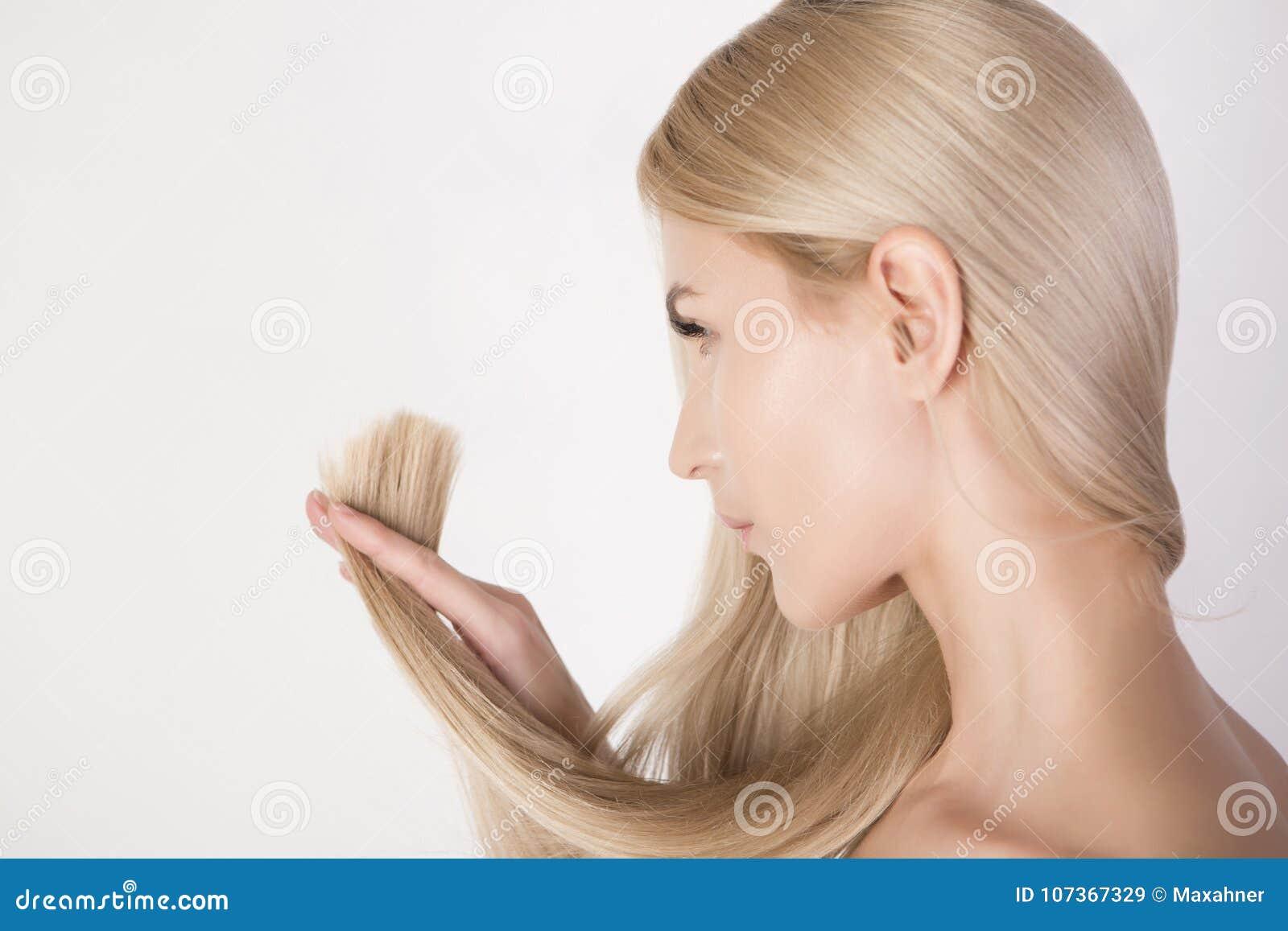 看在她的健康头发末端和新的理发的美丽的妇女