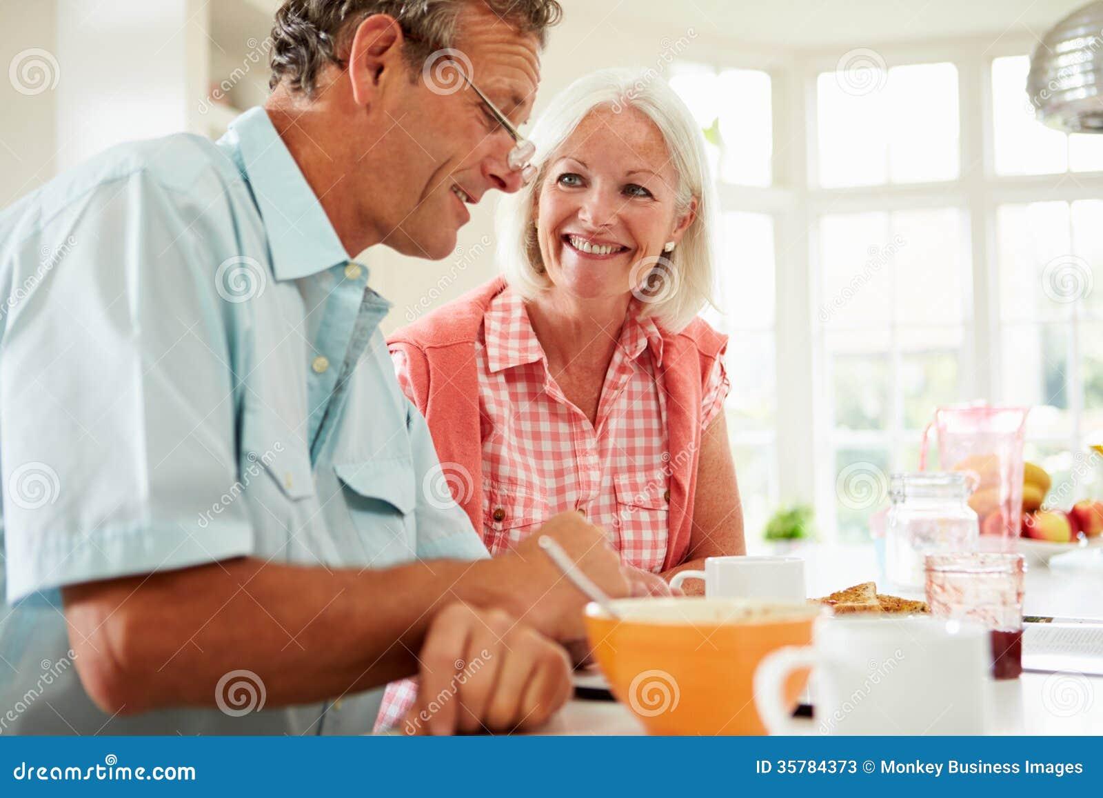 看在早餐的中世纪夫妇数字式片剂