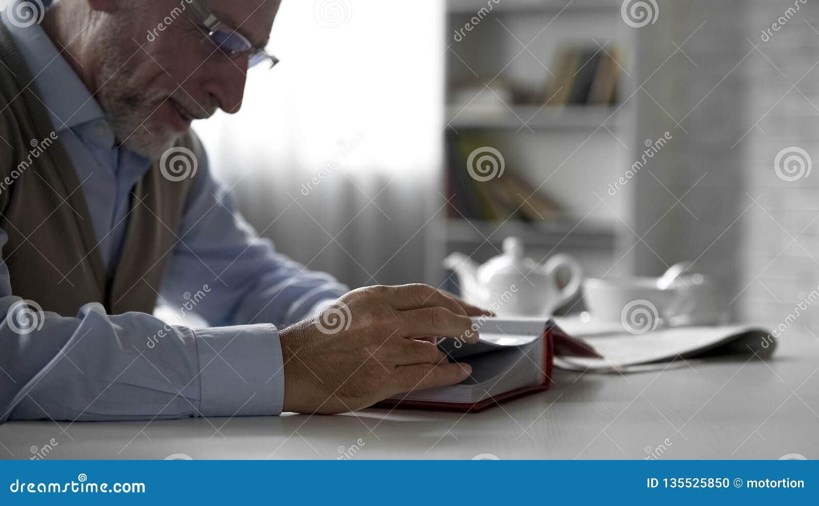 看在相册的退休人员绅士图片,幸福的记忆,乡情