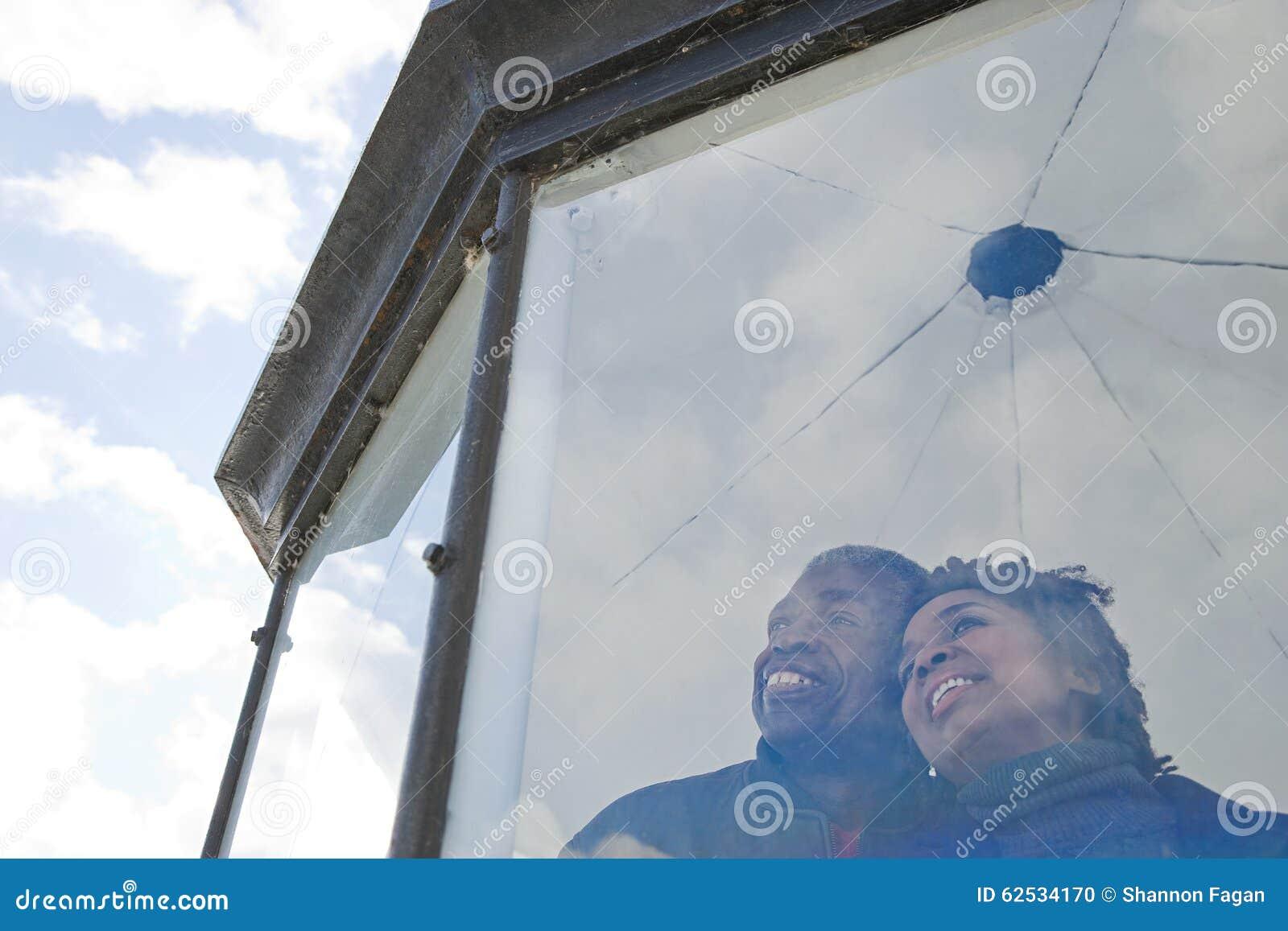 看在窗口外面的夫妇