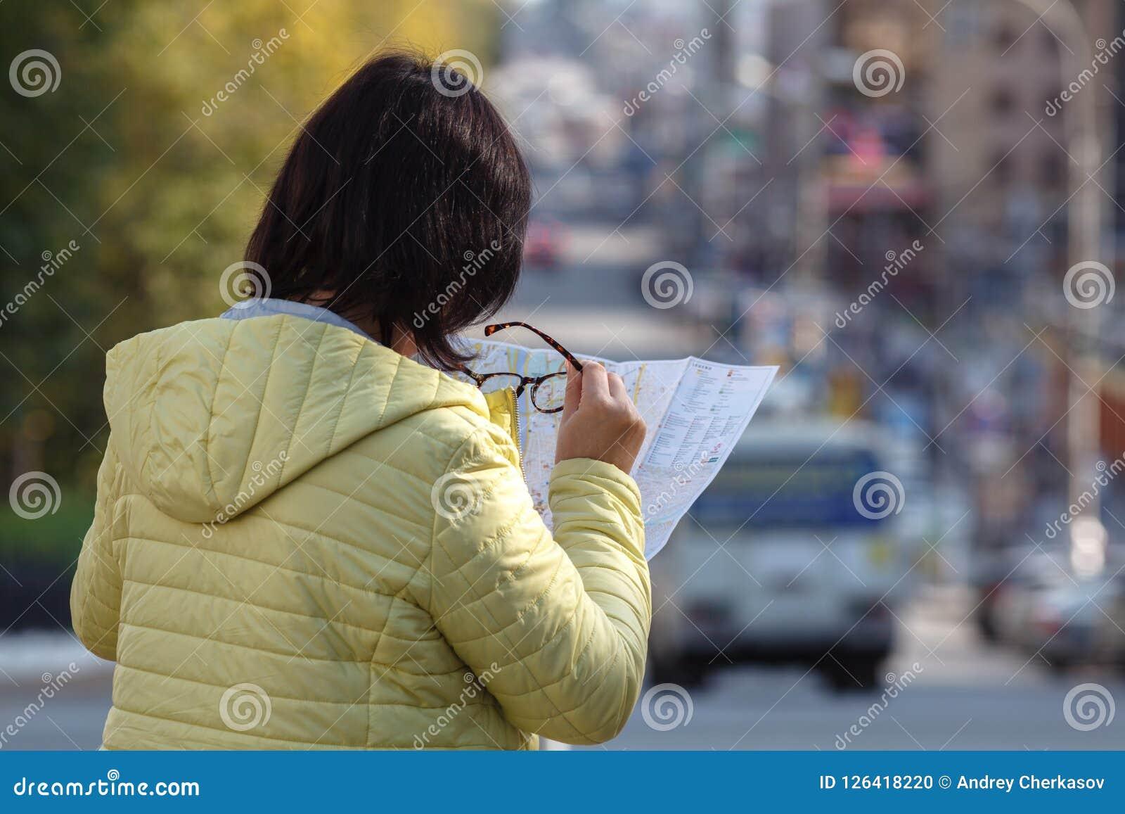 看在街道上的地图的游人,在度假