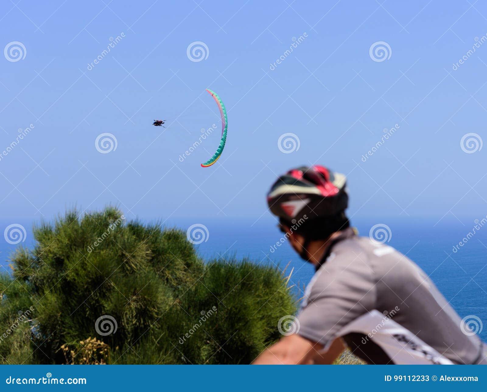 看在飞行的骑自行车者在天空的纵排滑翔伞在海,未聚焦的美好的海图02