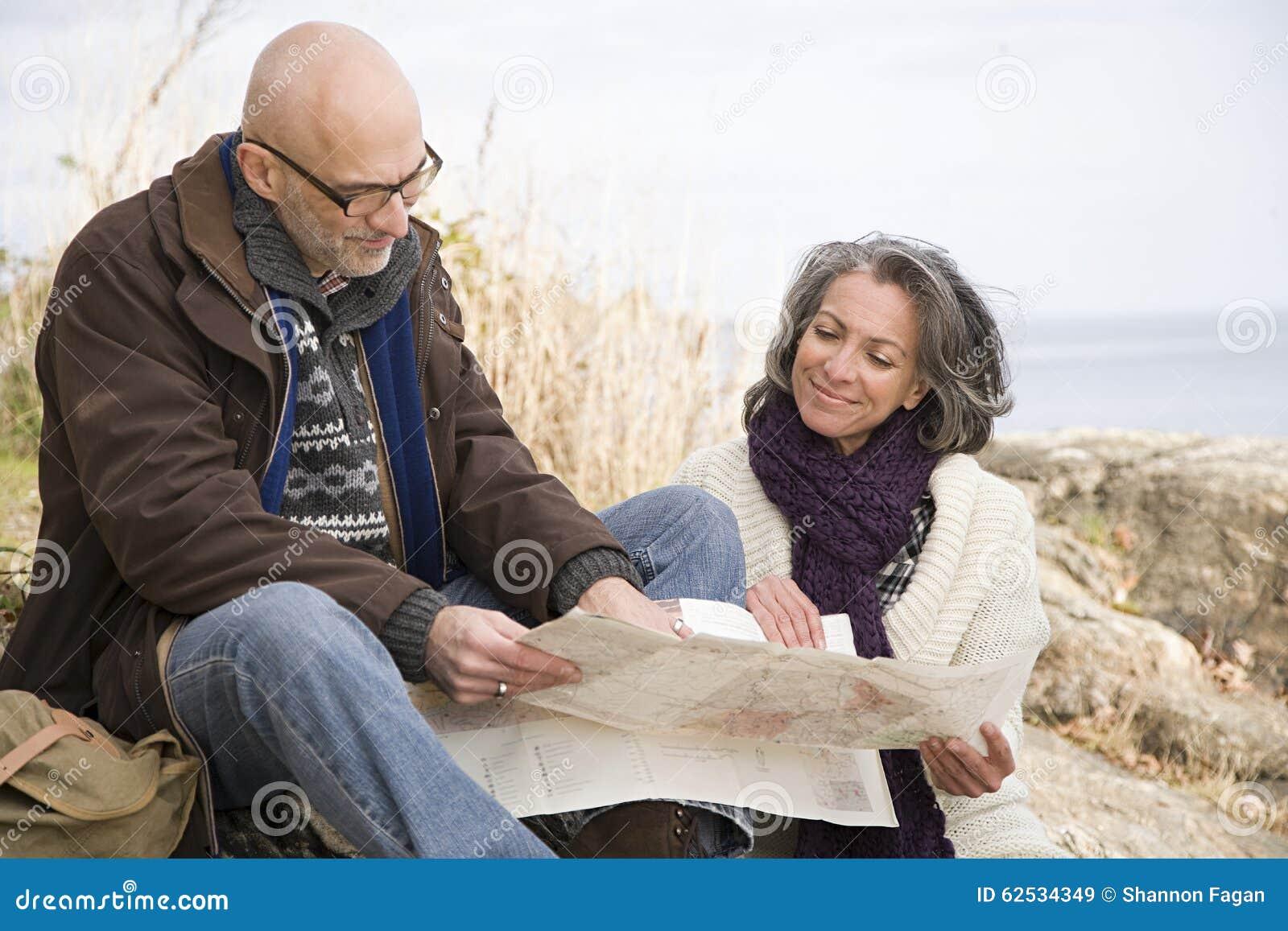看地图的成熟夫妇