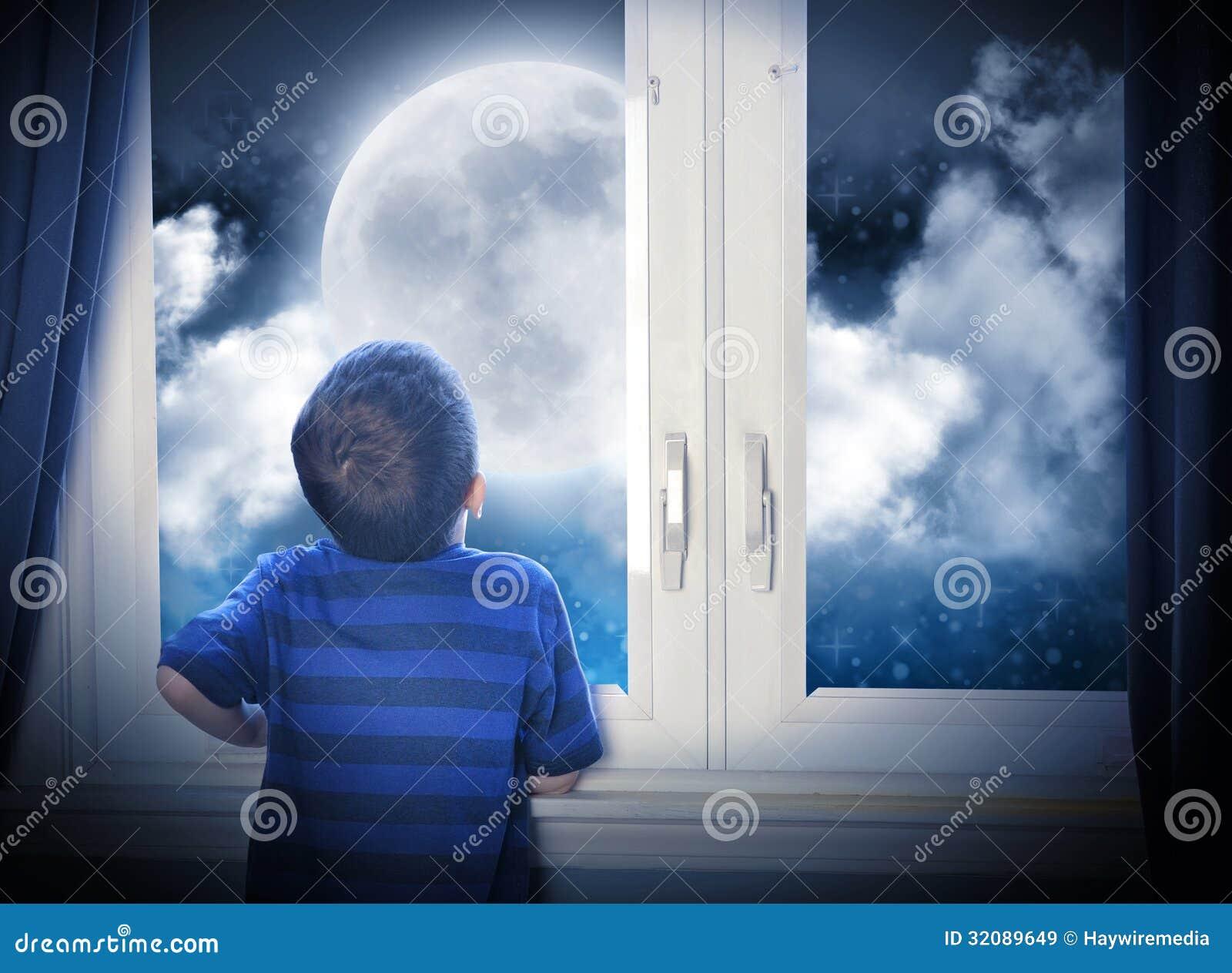 看夜月亮和星的男孩