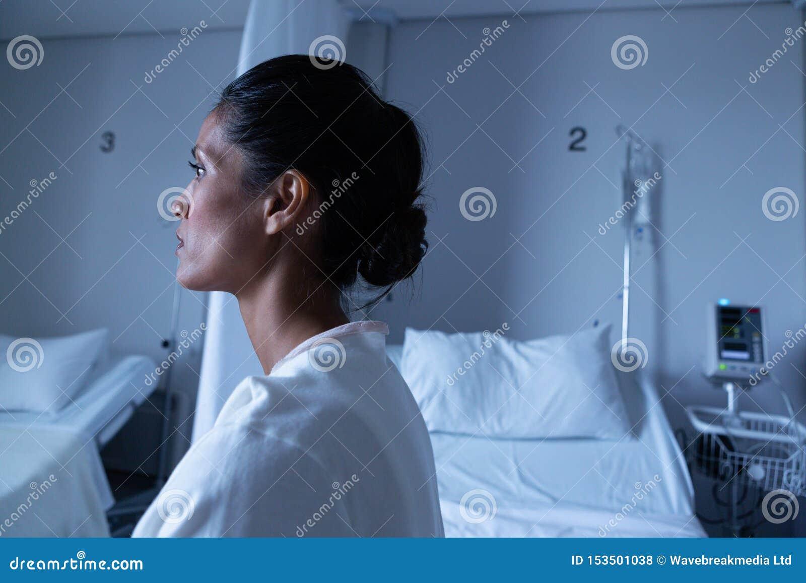 看女性的患者,当坐床在病区里时